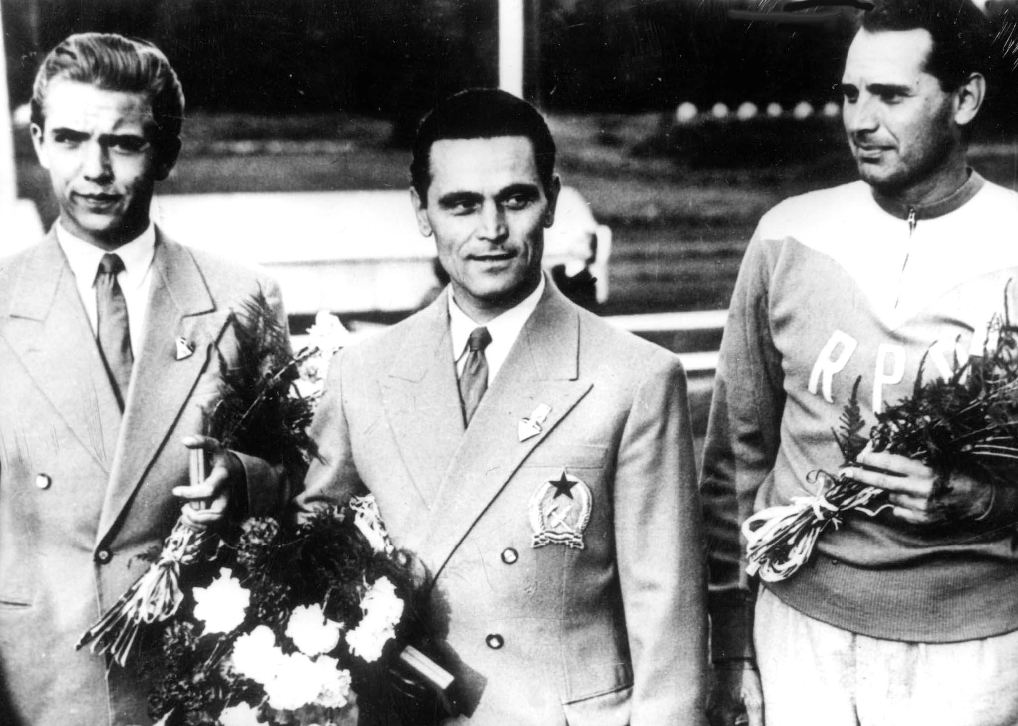 Helsinki, 1952, Takács Károly, az ötalakos gyorspisztoly olimpiai bajnoka, balra a második Kun Szilárd / Fotó: MTI