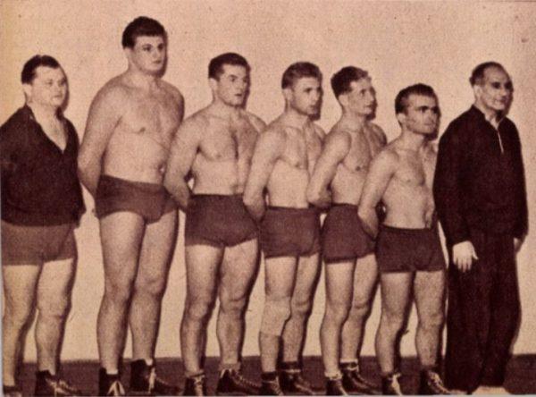 Mester és tanítványai: kimagaslik Kozma, jobboldalon: Keresztes Lajos / Fotó: Képes Sport, 1959/Arcanum
