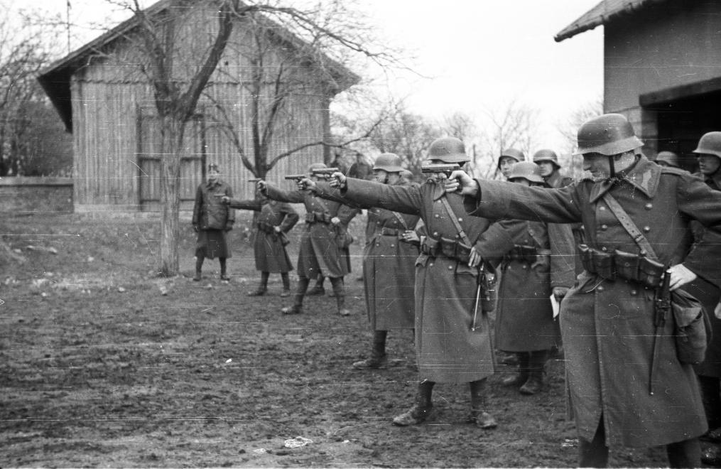 Pisztoly-lövészet a Ludovikán (1937) / Fotó: Fortepan.hu