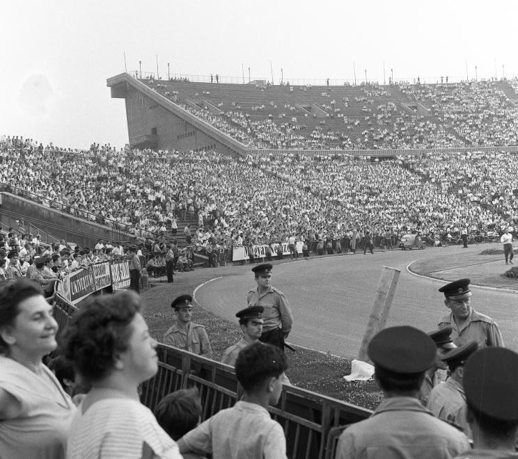 Szurkolók és rendőrök a Fradi-SZEAC meccsen (1963) / Fotó: Fortepan.hu