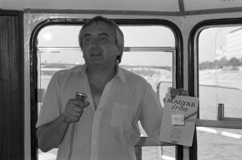 Az ötletgazda, Havas Henrik újságíró beszél a Magyar irka elsõ számának bemutatóján, egy dunai sétahajón / Fotó: MTI