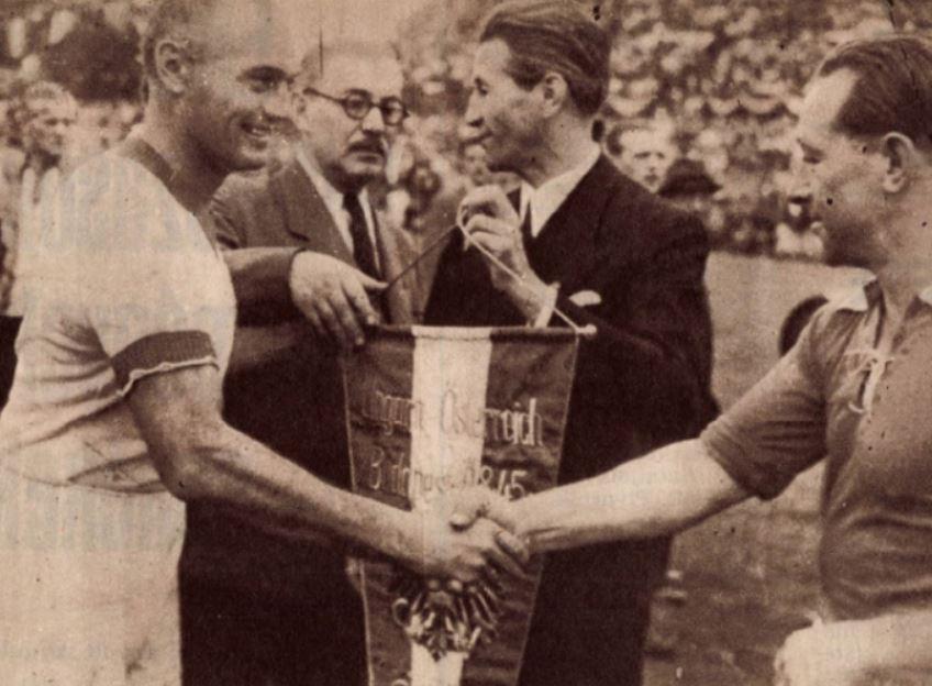 1945. augusztus 19-én, a második világháború utáni első válogatott mérkőzésünkön a két kapitány - Biró Sándor és Karl Sesta - üdvözli egymást / Fotó: Képes Sport/Arcanum