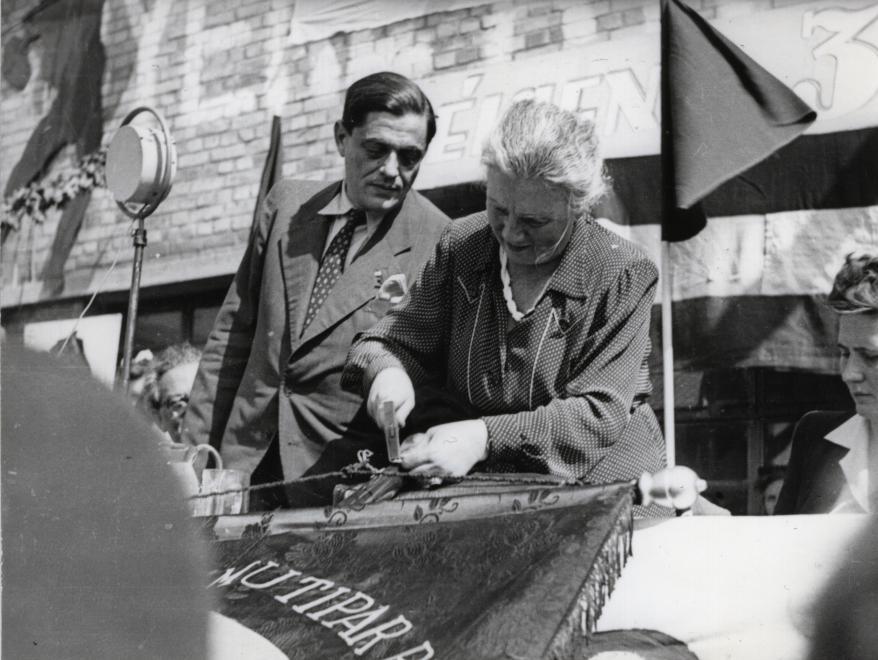 Magyar Pamutipar Rt., zászlóavatási ünnepség 1947. május 14-én, Kéthly Anna mint zászlóanya /Fotó: Fortepan.hu