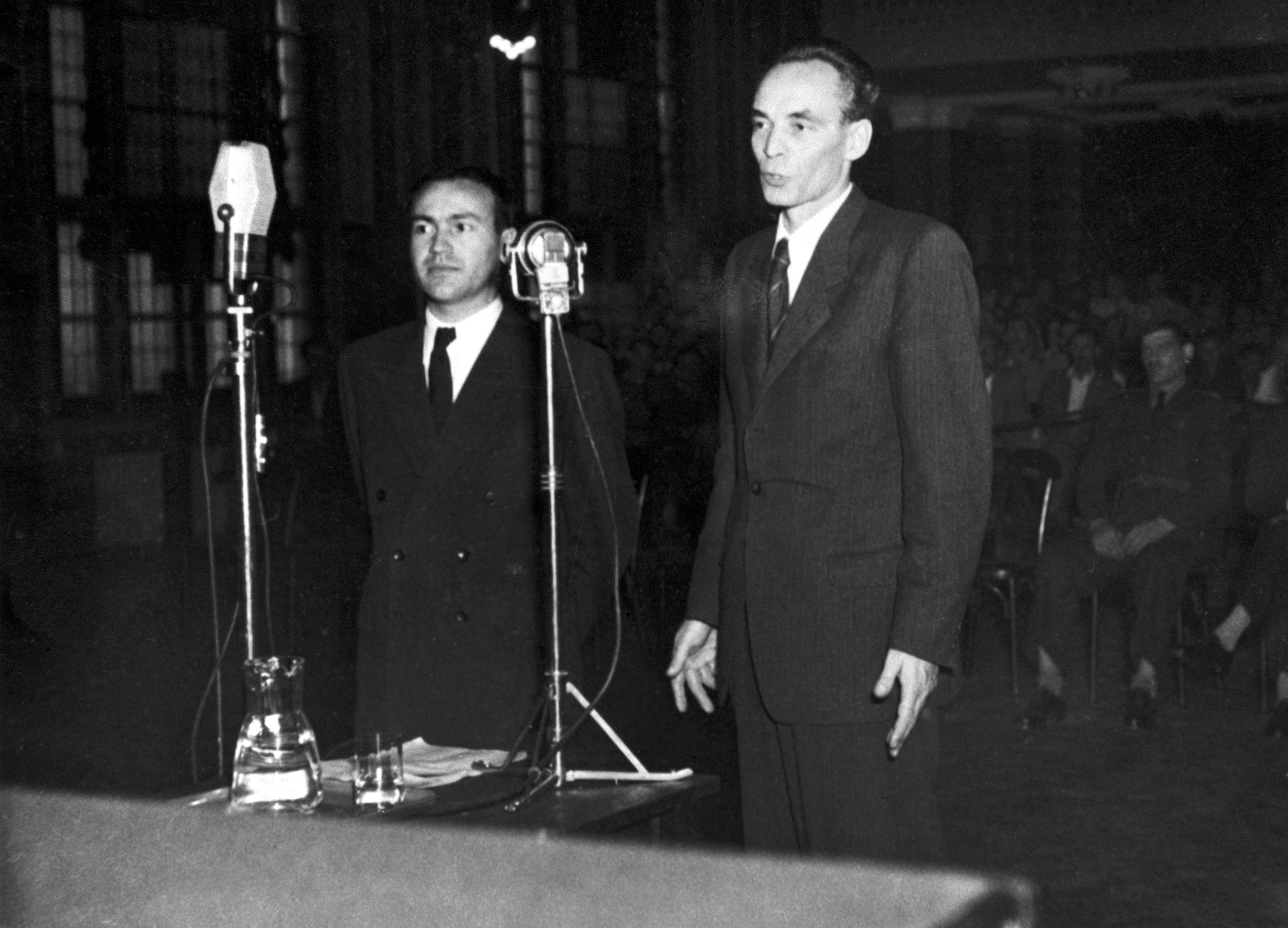 Rajk László volt külügyminiszter és Brankov Lázár szembesítése a Népbíróságon / Fotó: MTI
