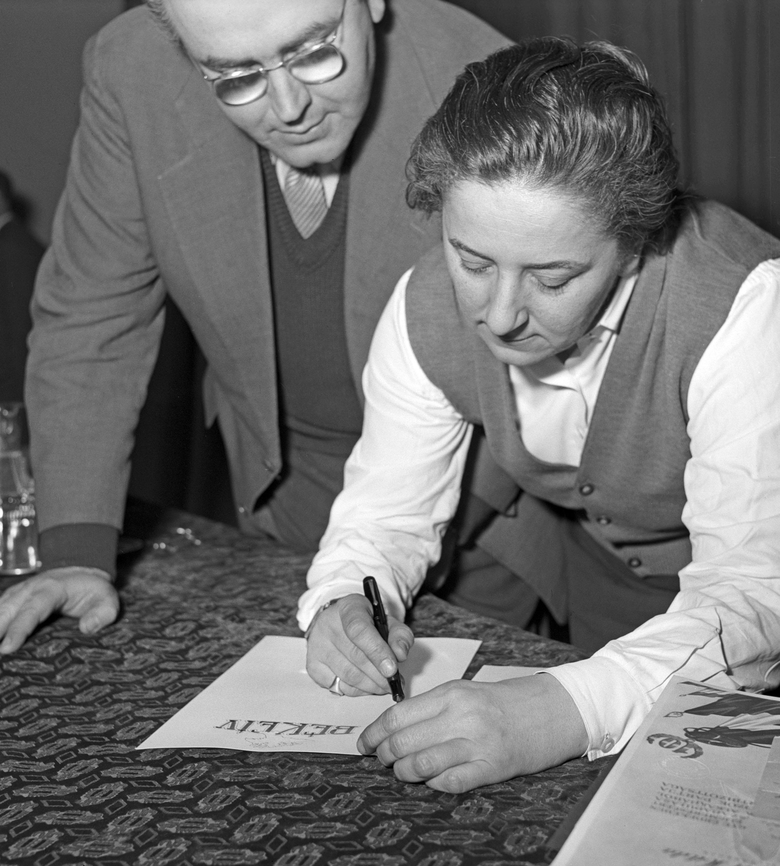 """Gobbi Hilda aláírja a fõváros """"felszabadulásának"""" 10. évfordulóját üdvözlõ békeívet a Nemzeti Színházban / Fotó: MTI"""