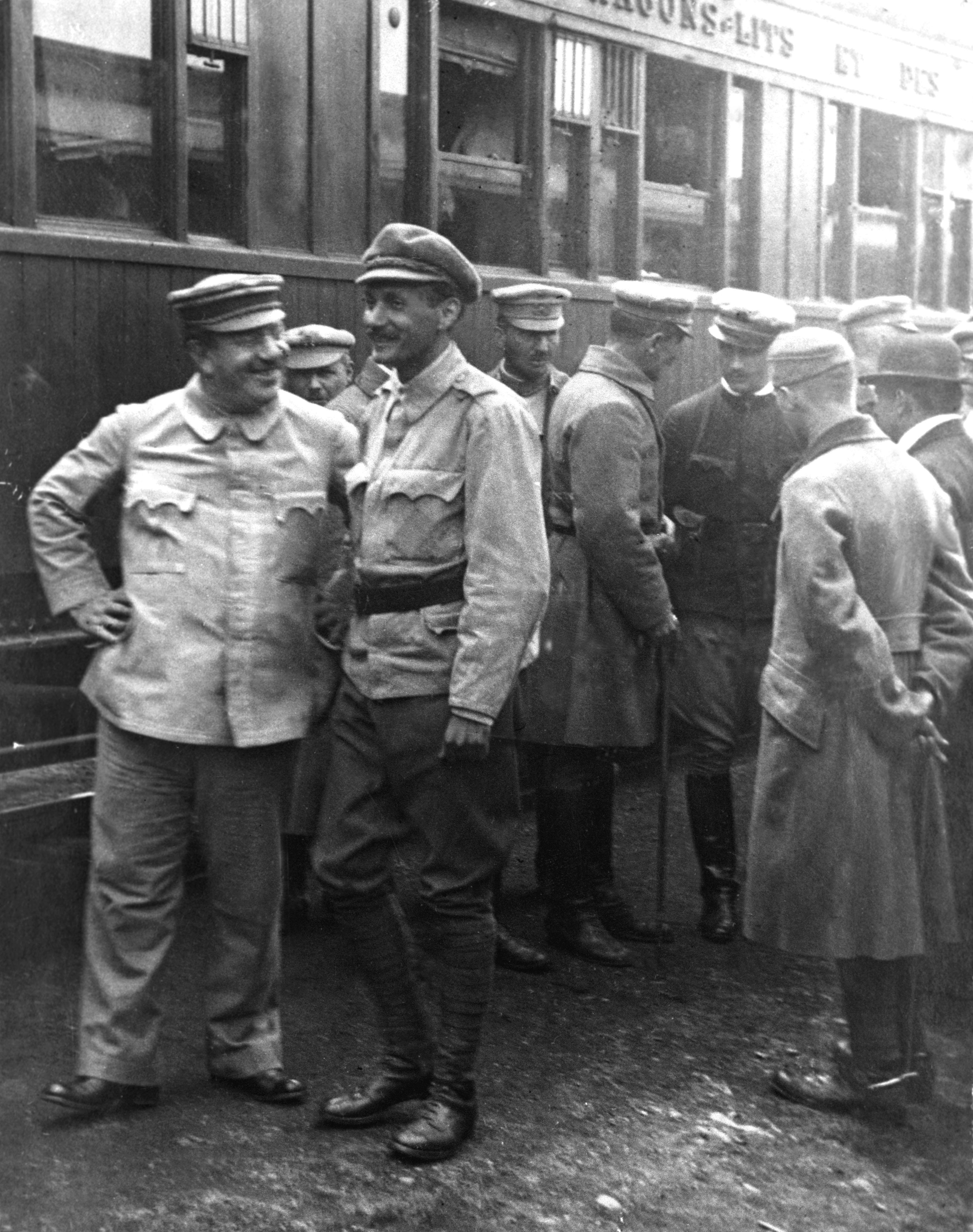 1919. május Vágó Béla (elöl, j, szemben), a magyar Vörös Hadsereg I. hadtestének parancsnoka és Landler Jenõ (elöl, b), a III. hadtest parancsnoka a frontra indulás elõtt. /Fotó: MTI