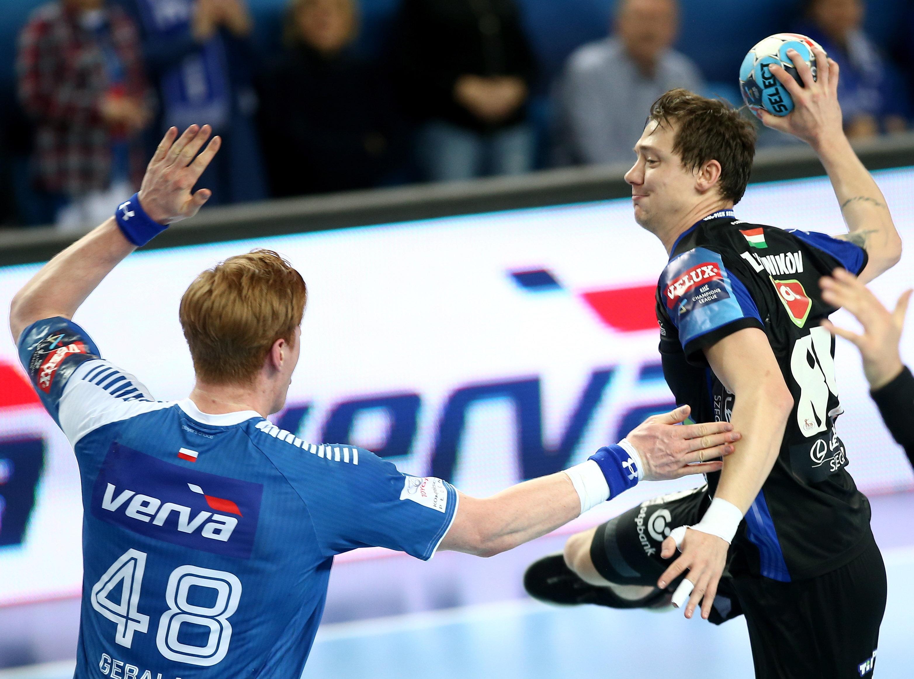Dmitrij Zsitnyikov, a MOL-Pick Szeged (j) és Tomasz Gebala, a lengyel Orlen Wisla Plock játékosa még az odavágón / Fotó: MTI