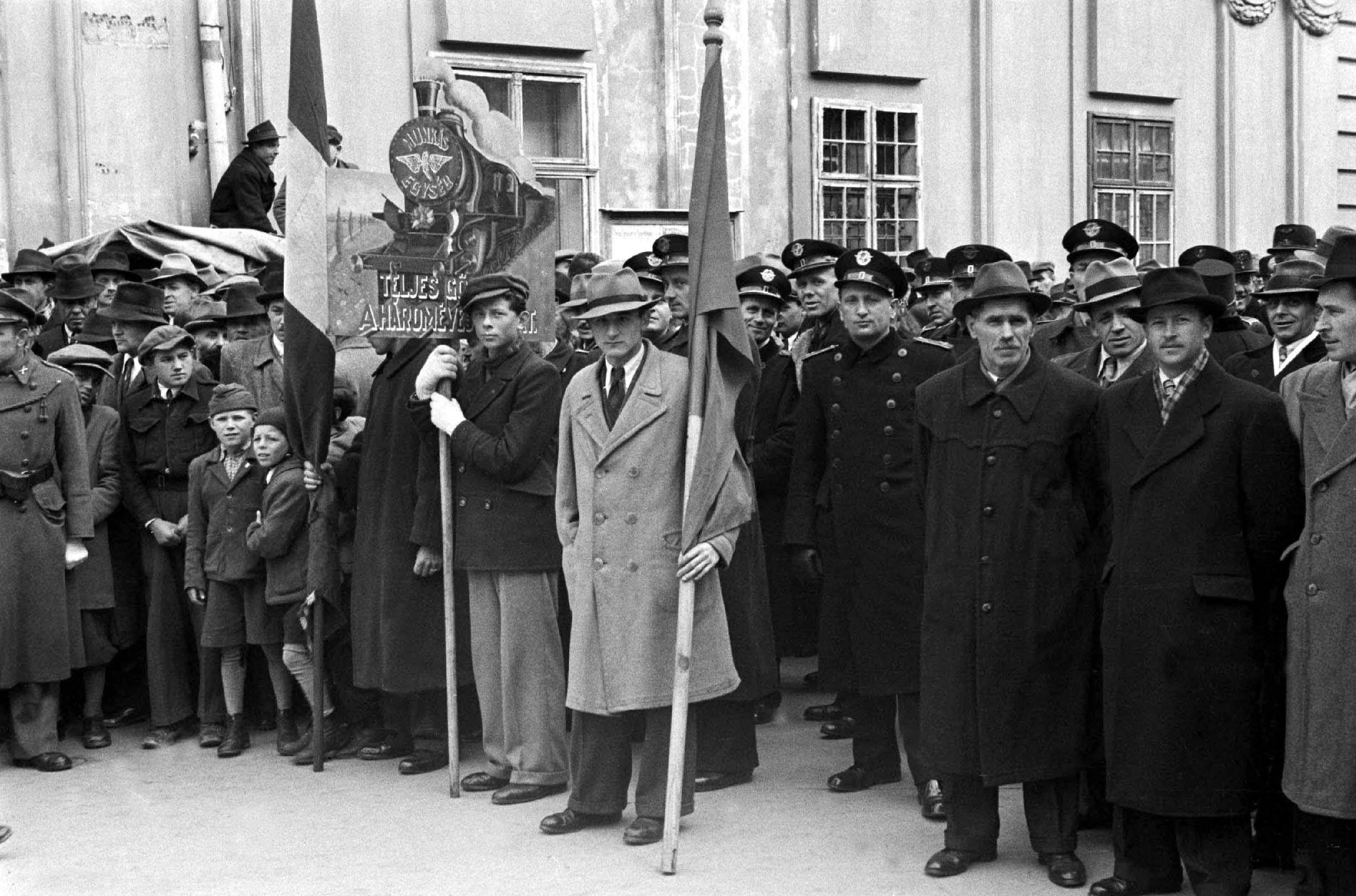 """Székesfehérvár, 1948. április 1. """"Teljes gõzzel a három éves tervért !"""" / Magyar Fotó: Kozacsek Elek"""