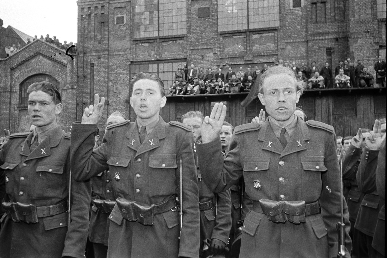 Az Államvédelmi Hatóság (ÁVH) katonái mondják az eskü szövegét MTI Fotó/Magyar Fotó
