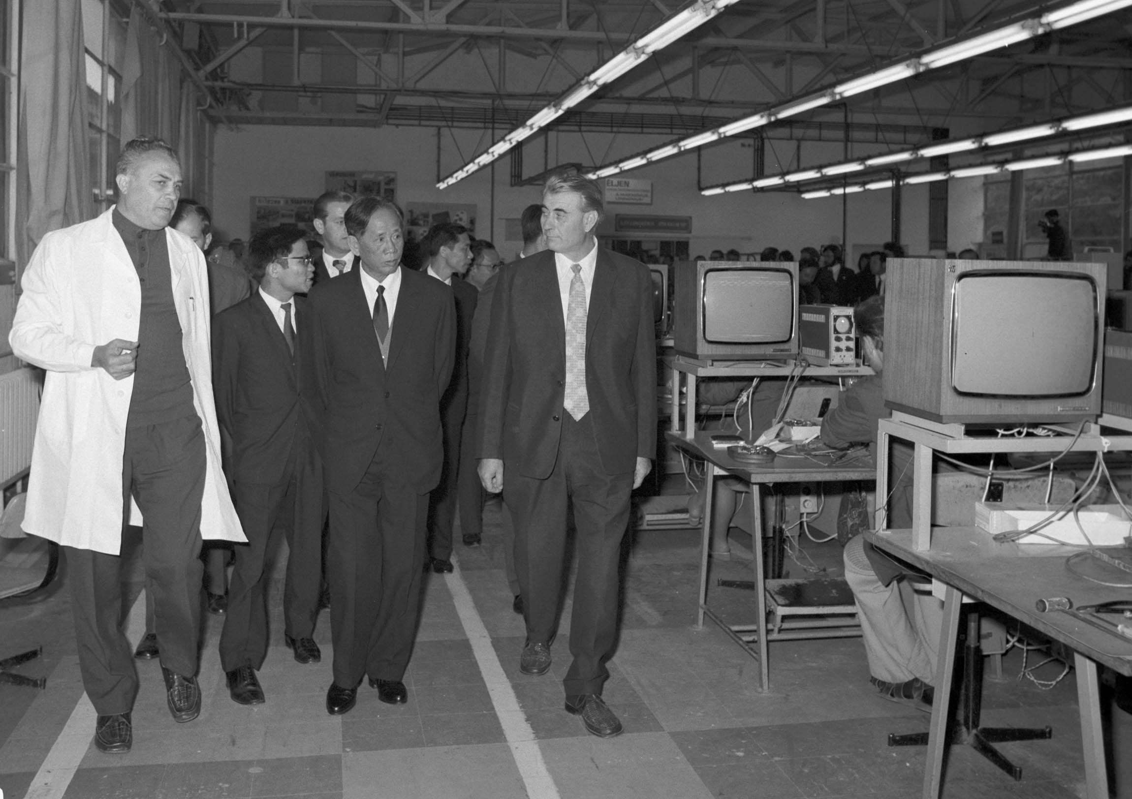 Jobbra Papp István, tőle balra a Vietnami Dolgozók Pártja elsõ titkára és kísérete / MTI Fotó: Vigovszki Ferenc