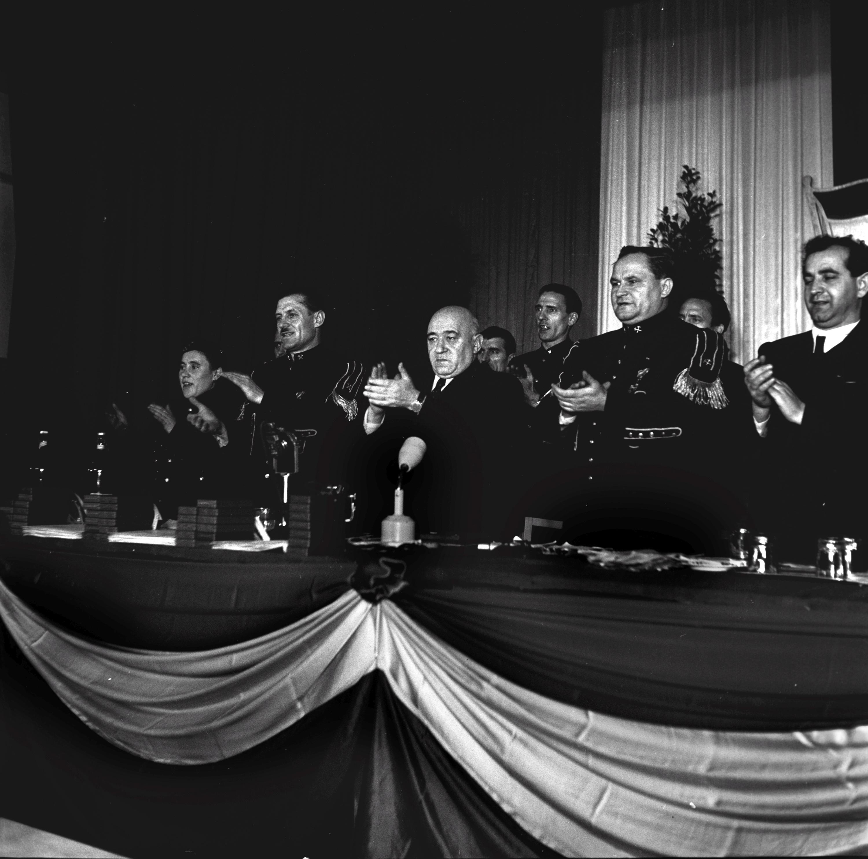 Rákosi Mátyás (k) és Apró Antal (j) tapsolnak / Fotó: Bauer Sándor - Bartal Fere