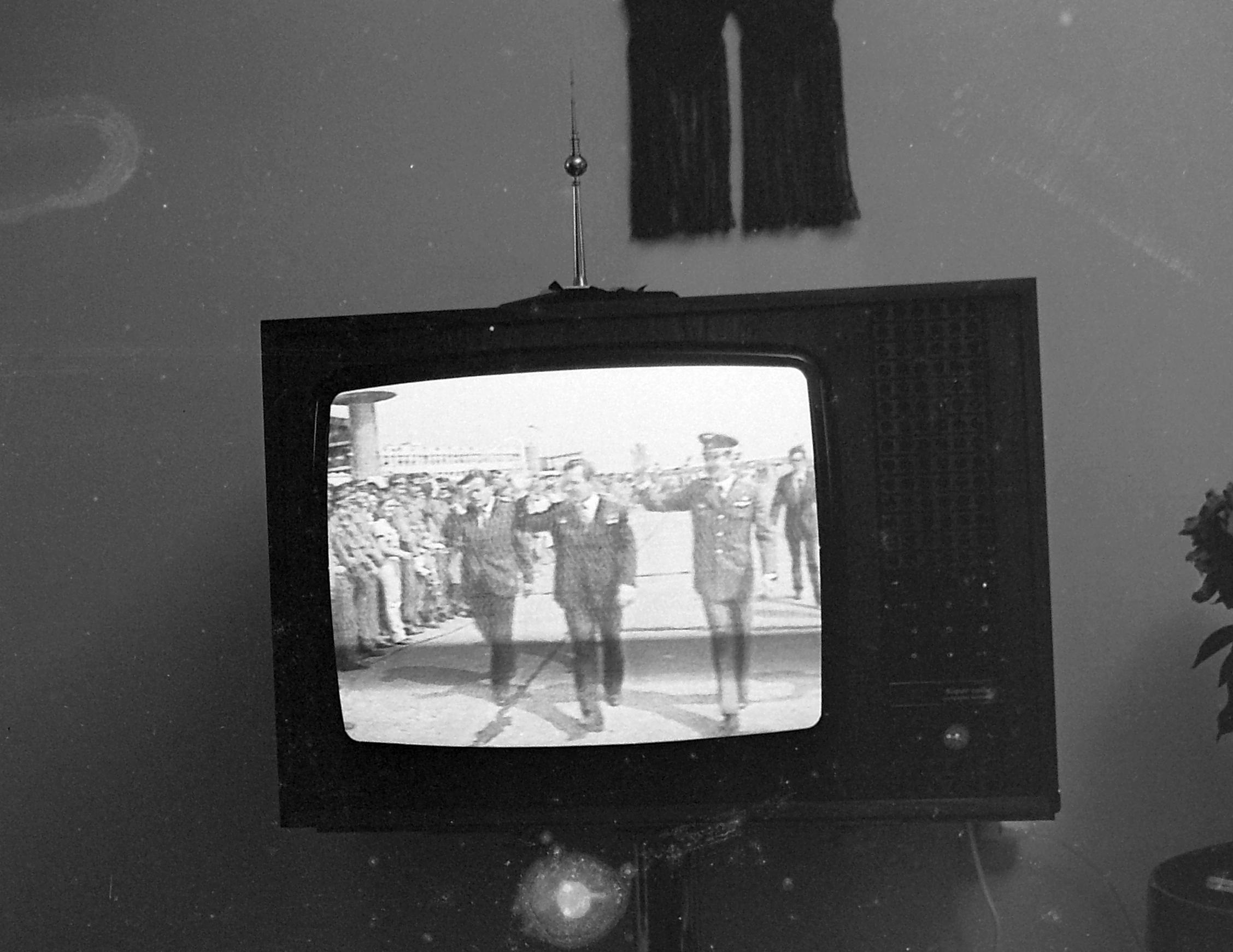 1980. Magyarország VIDEOTON Super Color televíziókészülék. A képernyőn Magyari Béla, Valerij Kubaszov és Farkas Bertalan űrhajósok láthatók. / Fotó: Fortepan.hu