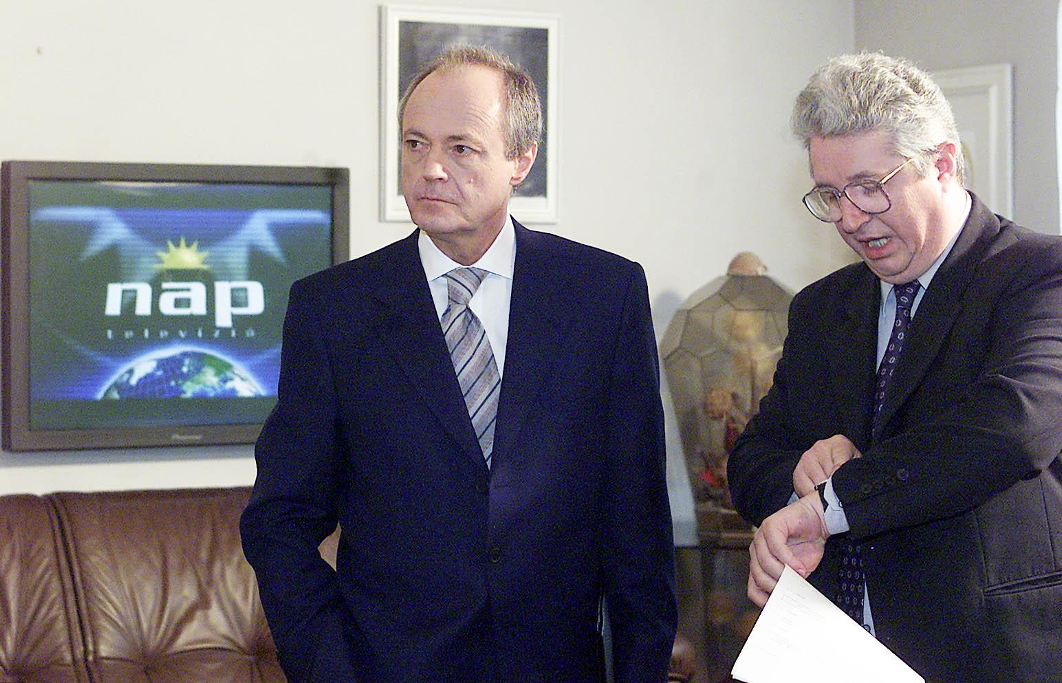 Az SZT-tisztből lett miniszterelnök, Medgyessy Péter és Pallagi Ferenc újságíró a Nap-keltében / MTI Fotó: Illyés Tibor