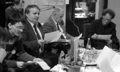 Tőke Péter, a Reform főszerkesztője (az asztalnál középen), mellette Vásárhelyi Miklós újságíró a Reform és a Kapu című lapok meghívására rendezett tanácskozáson, amelyre meghívtak egy csomó új újságot. Ha jól látjuk, Demszky Gábor és Konrád György is feltűnik a fotón... Gondolom, még véleletlenül sincs benne az állambiztonság keze ebben a tanácskozásban... / Fotó: MTI, 1989