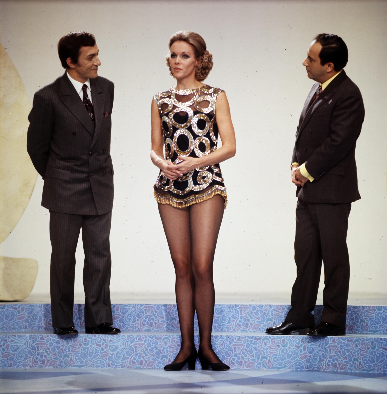 Az egyik Kessler nővér Antal Imrével és Vitray Tamással a szilveszteri műsorban. 1972 / Fortepan.hu, adományozó: Szalay Zoltán