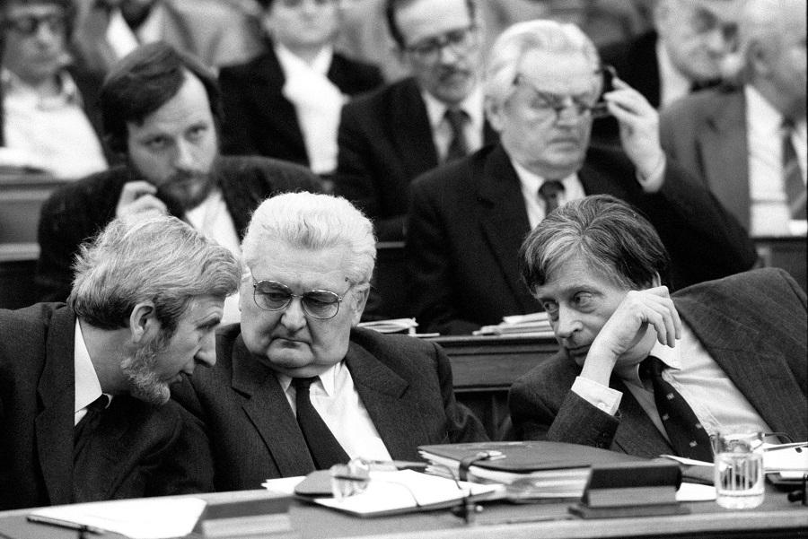 Február 12-én a Parlamentben folytatta munkáját az Országgyûlés. A képen: Jeszenszky Géza, Boross Péter és Antall József az ülésteremben / Fotó: MTI