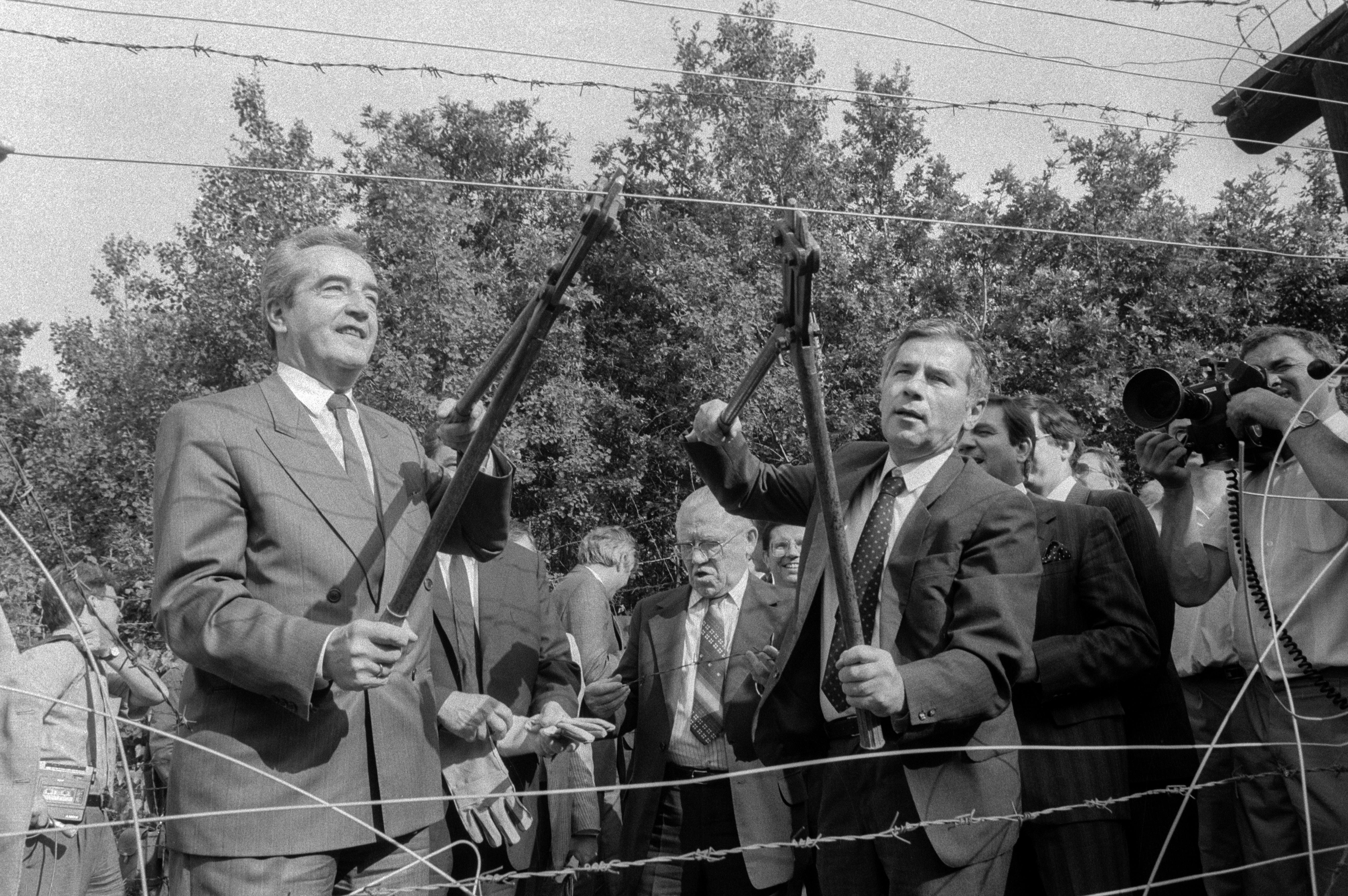A nagy átverés: Horn Gyula és Alois Mock osztrák külügyminiszter átvágja a vasfüggönyt / Fotó: MTI