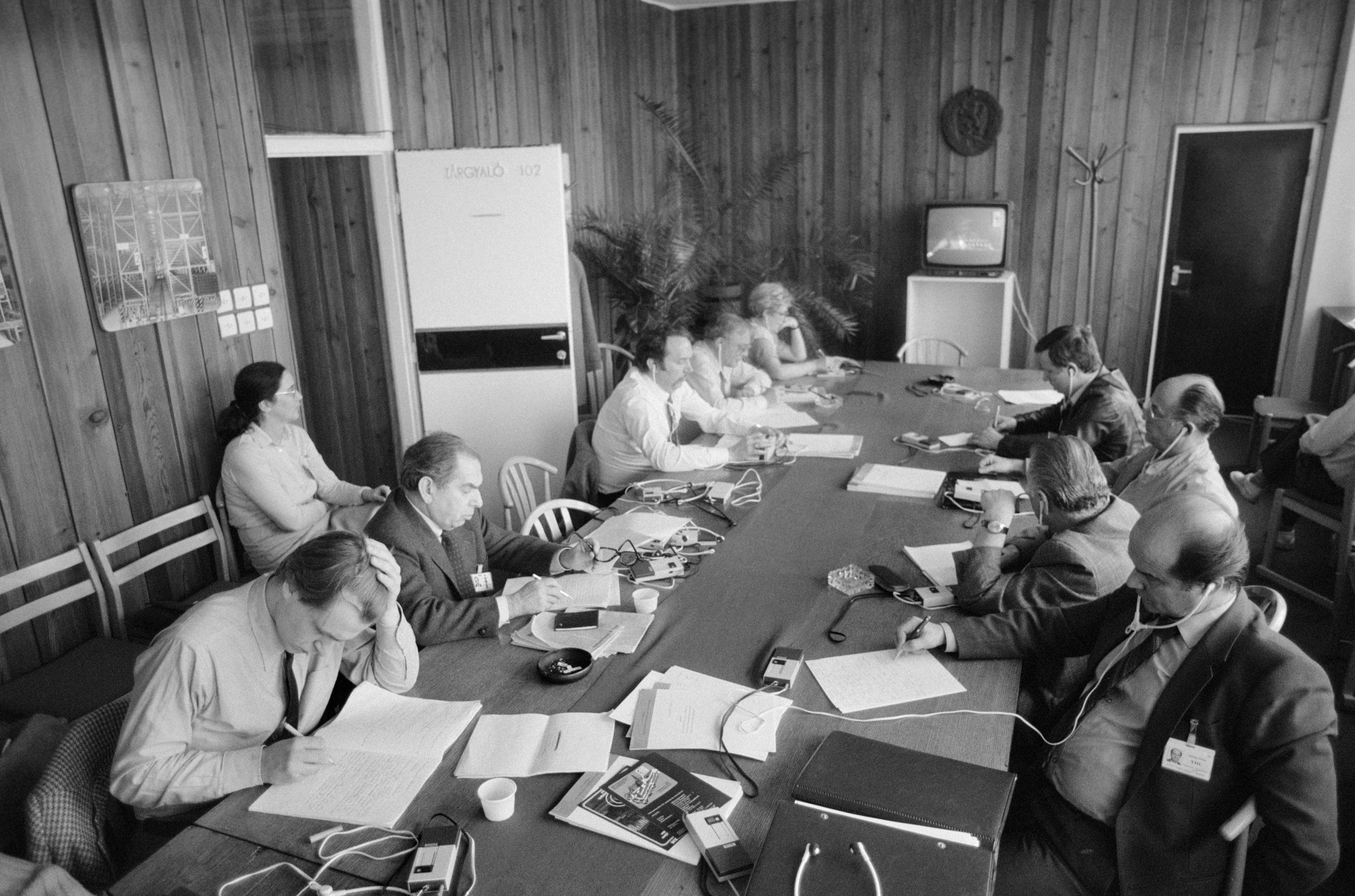 1985. március 26. A Magyar Szocialista Munkáspárt (MSZMP) XIII. kongresszusának idején a Márvány utcai sajtóközpontban. Balra, Paul Lendvai (b3), / MTI Fotó: Pólya Zoltán