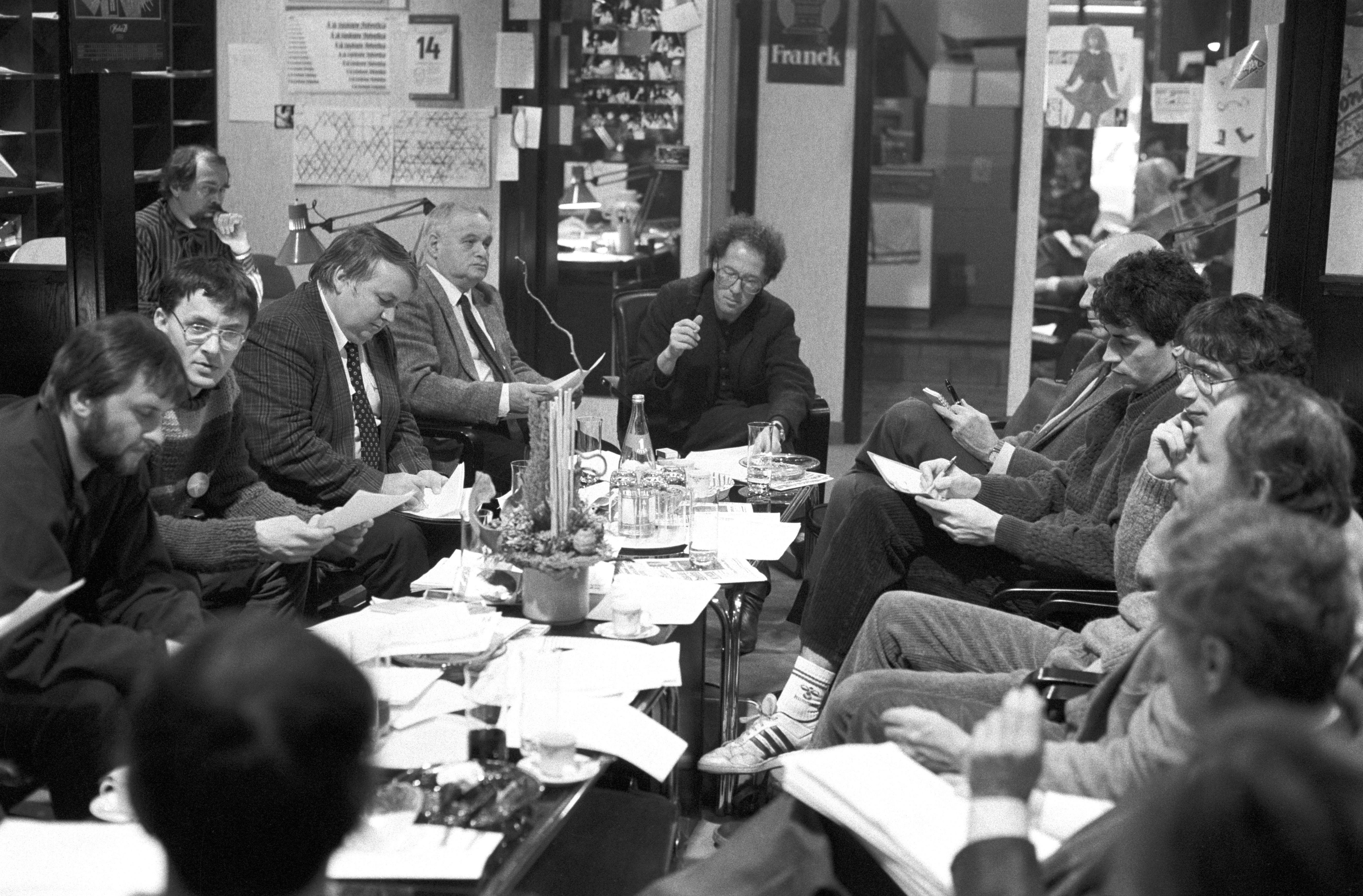Most már értjük, hogy miért a Kapu és a Reform hívta össze az ellenzéki lapokat... A képen Tőke Péter, a Reform főszerkesztője (az asztalnál középen), mellette (a balján) Vásárhelyi Miklós. Mögöttük van Brády Zoltán?/ Fotó: MTI, 1989