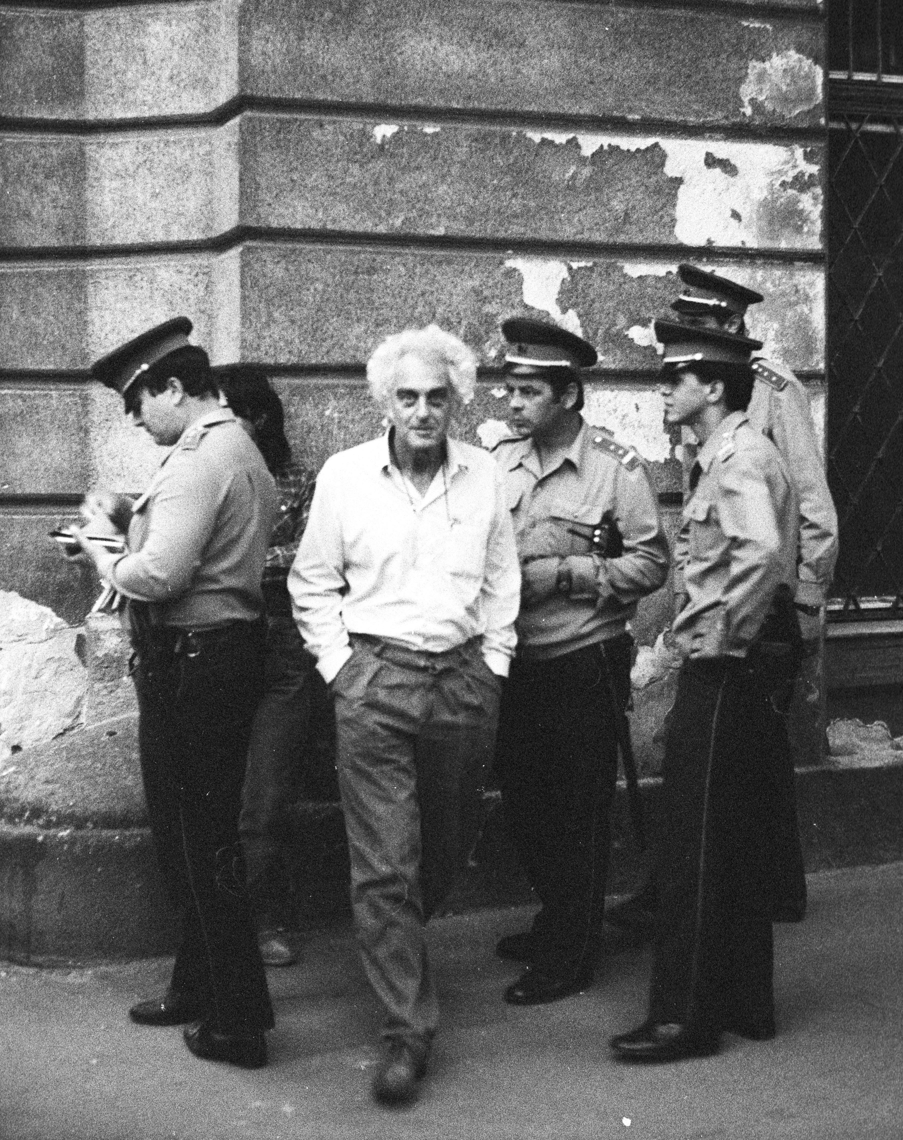 Krassó György a rendőrök gyűrűjében / Fotó: Fortepan, adományozó: Philipp Tibor