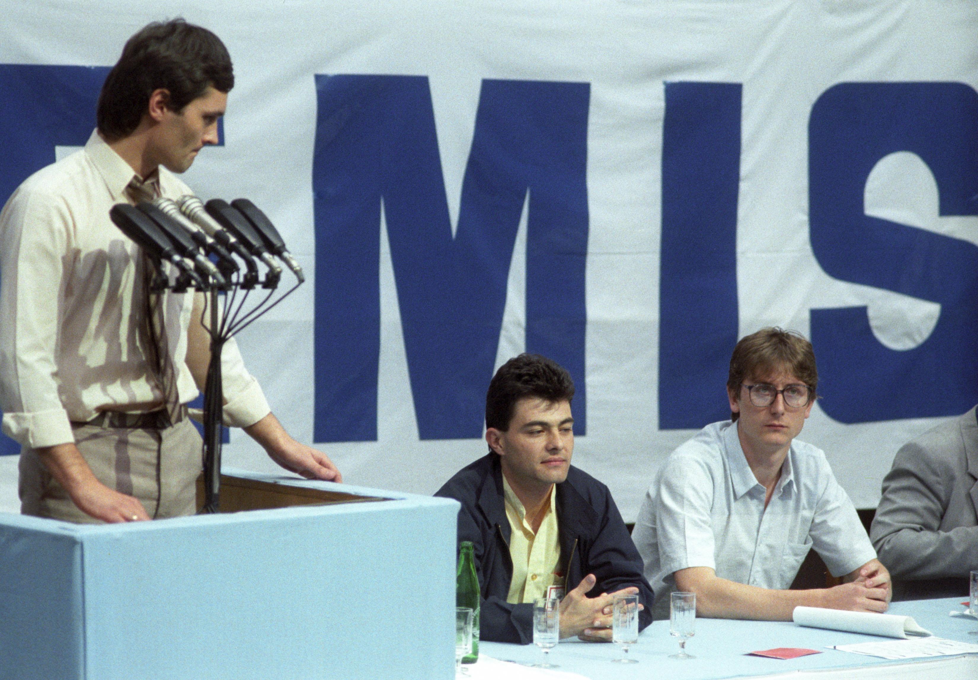 A győzelem és a vereség pillanata: Nagy Imre, a DEMISZ elnöke, alatta a frissen legyőzött, durcás Gyurcsány / Fotó: MTI