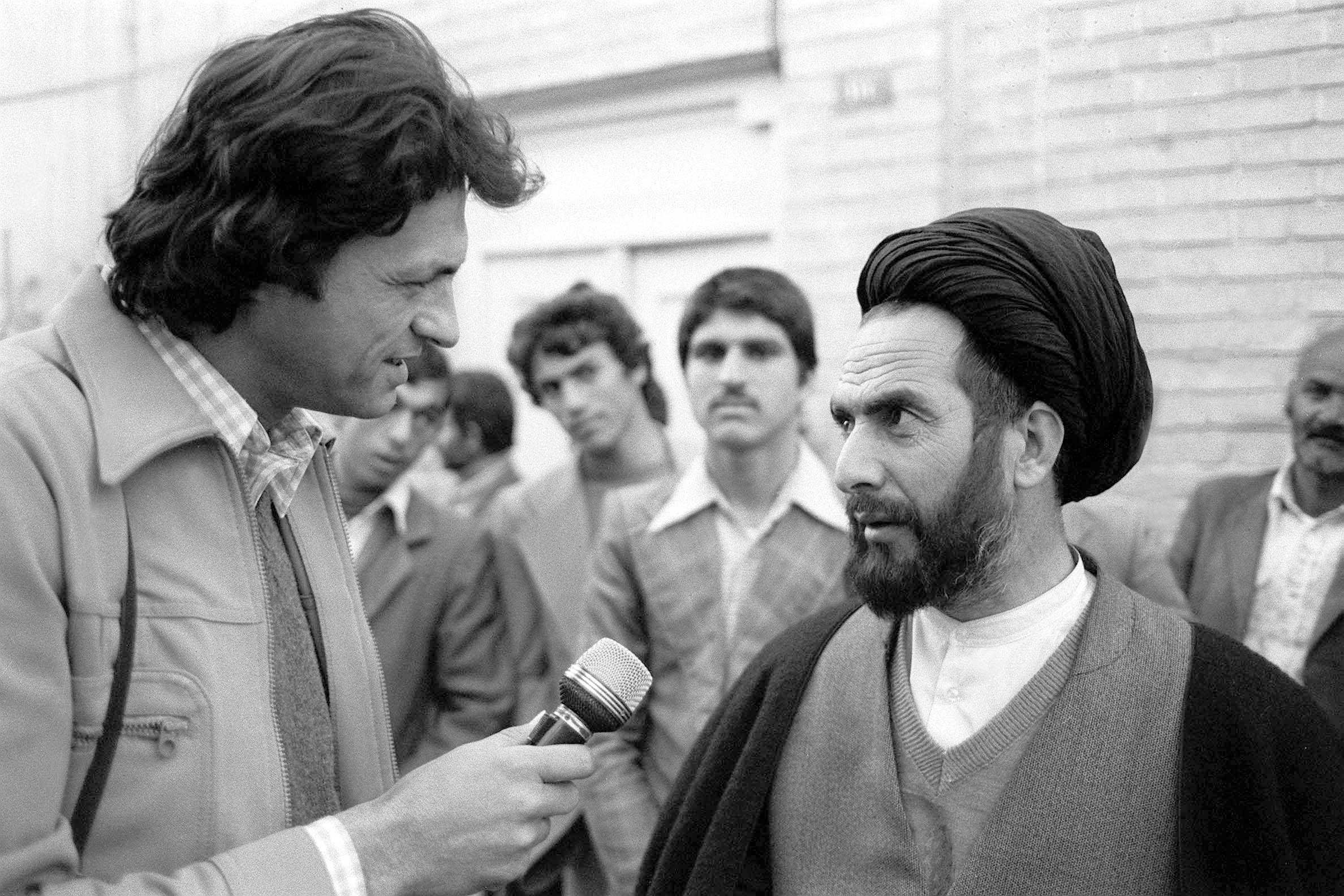 1979, Chrudinák Alajos, a televízió munkatársa interjút készít Kazem Shariat-Madari ajatollah vallási vezetõvel / Fotó: MTI
