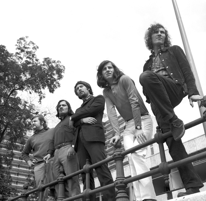 A Syrius együttes a Duna korzón. A zenekar október második felében ausztráliai körútra készül. Az öt fiatal - akik egy évet töltenek a távoli földrészen - változatos stílusban, a hagyományostól a legmodernebb beat-ig mindent játszik / MTI Fotó: Kulcsár József