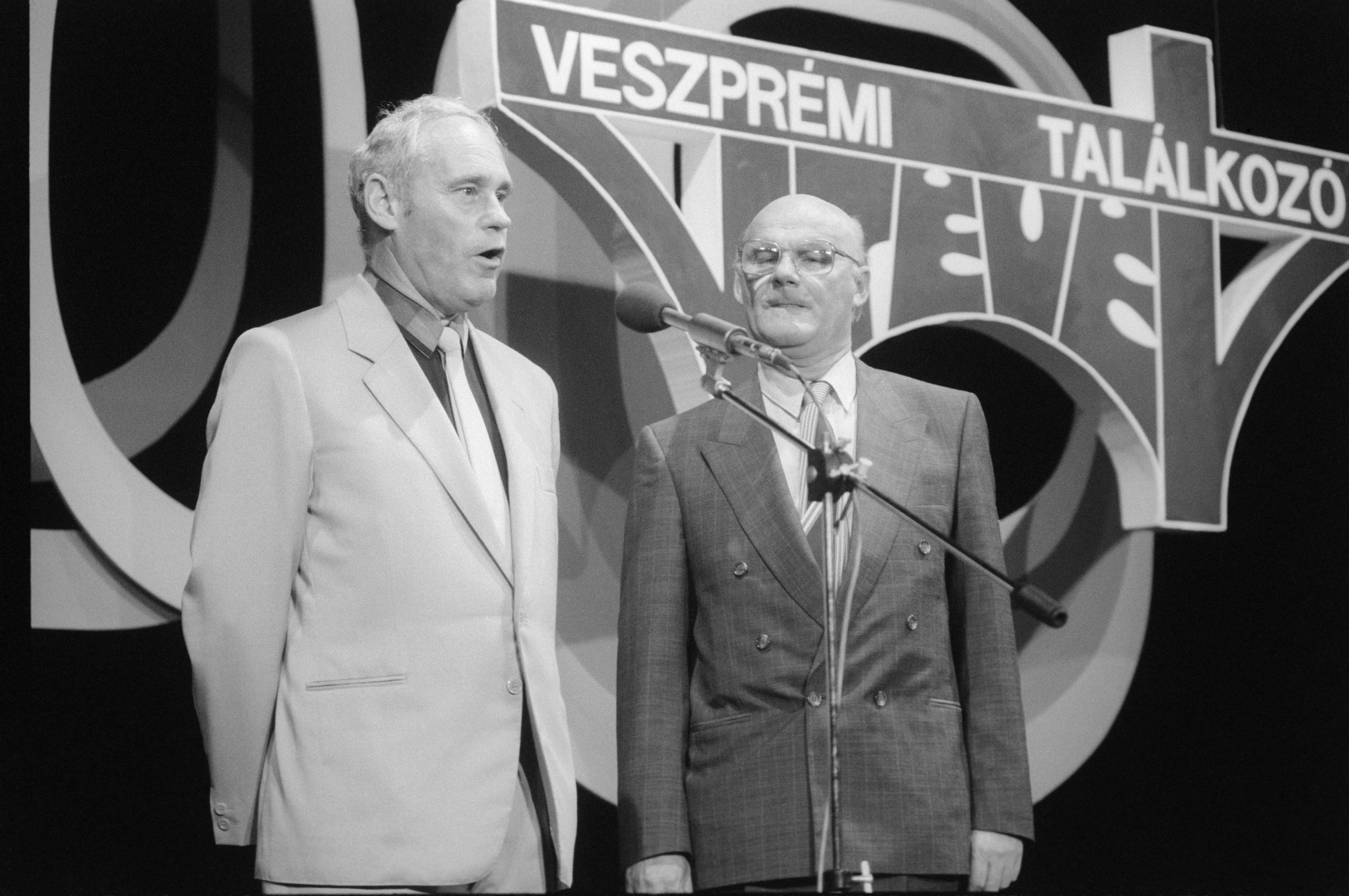 Maróti Rezsõ, Veszprém város tanácselnöke (b) és Bereczky Gyula, a Magyar Televízió elnöke megnyitja a 19. Veszprémi TV-találkozót 1989-ben / Fotó: MTI