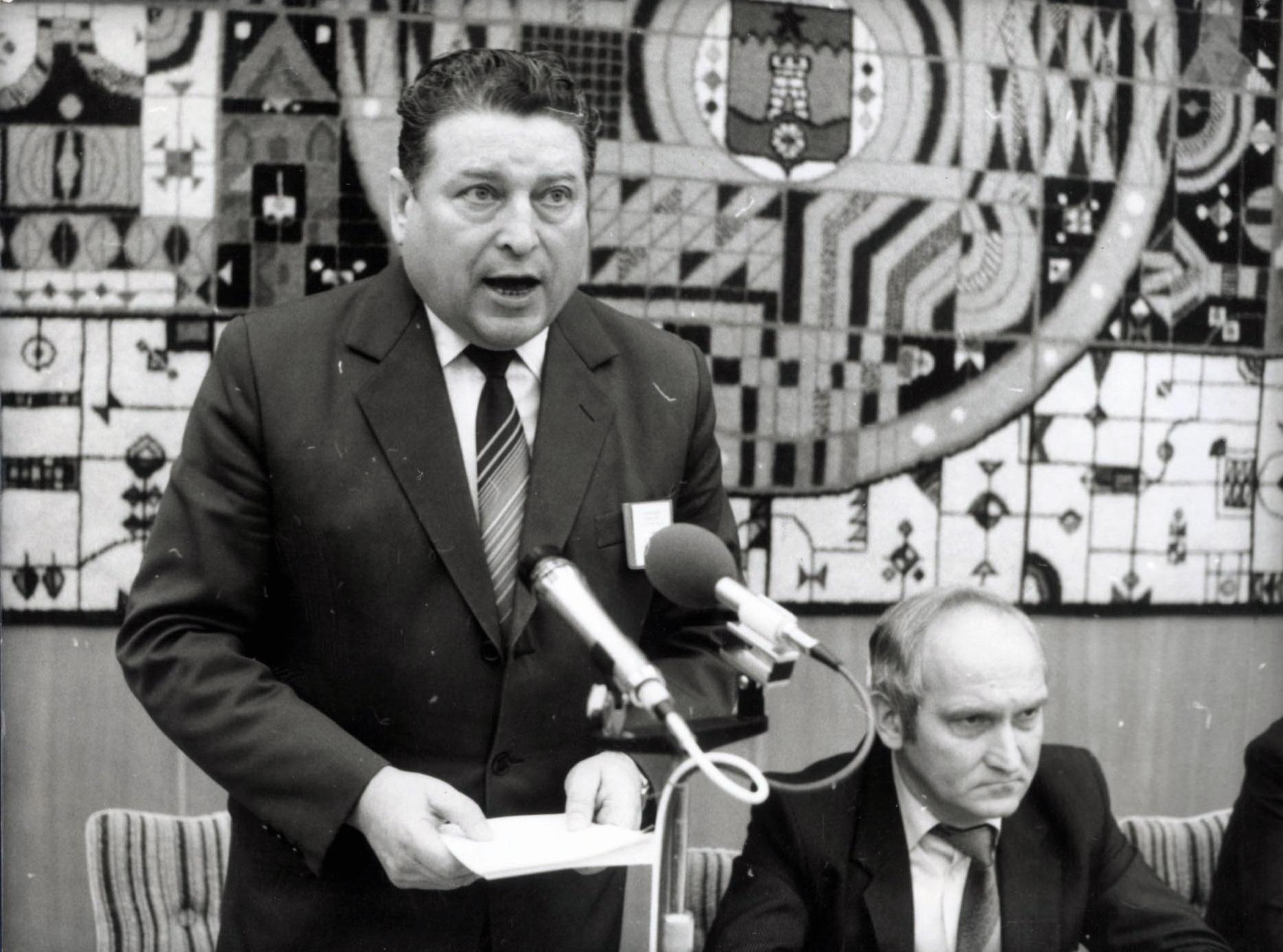 Lakatos Ernő, az  MSZMP KB agitációs és propaganda osztályának vezetõje harsogja az új idők dalait (1985) / Fotó: MTI