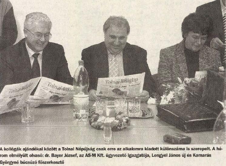 Bayer József (balra) és két másik átmentett főszerkesztő. Lengyel József, aki ekkor váltotta a korábbi KISZ-kádert, Kamarás Györgynét / Fotó: Tolnai Népújság, Library