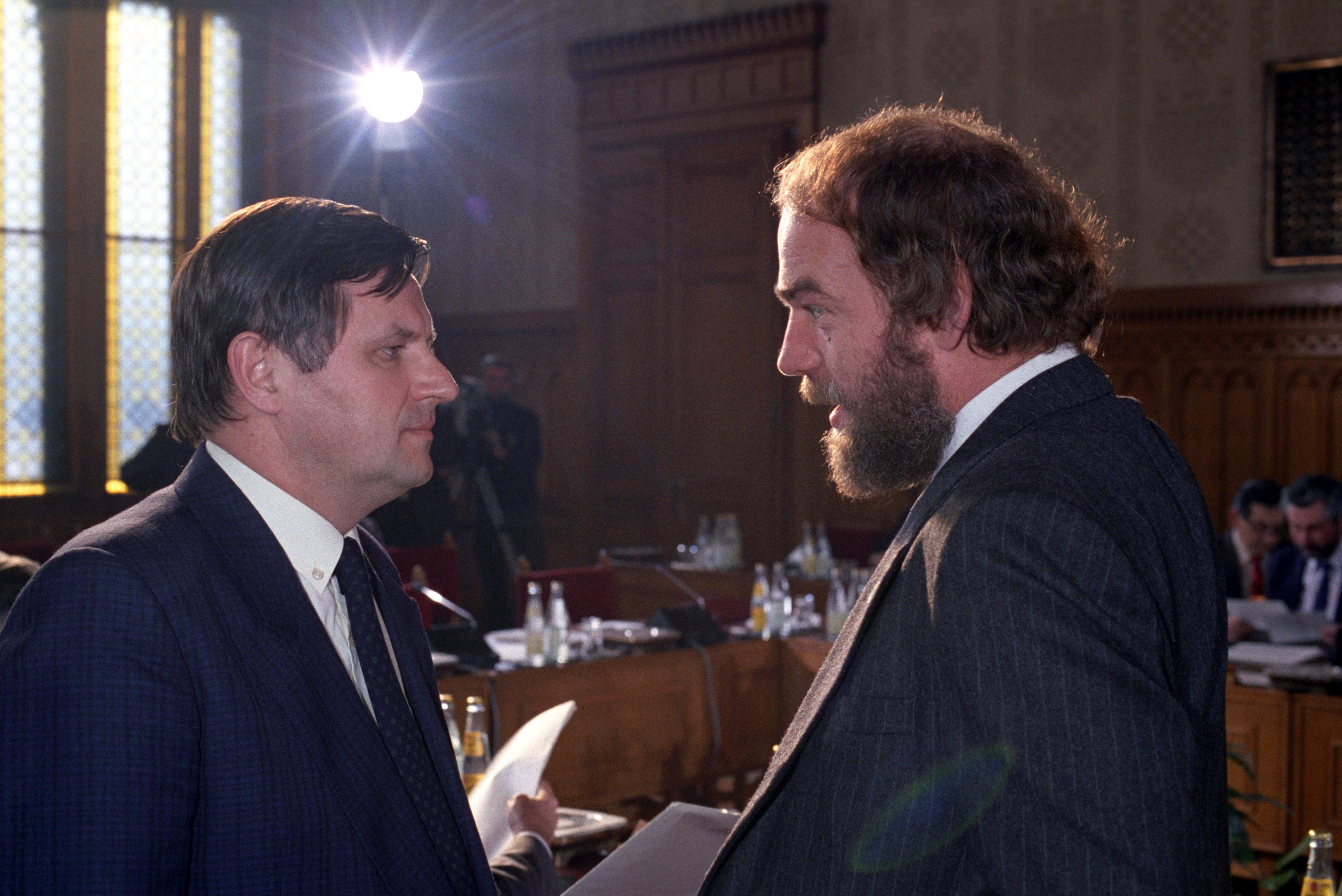 Németh Miklós és Csengey Dénes (MDF) beszélget a Parlamentben / Fotó: MTI