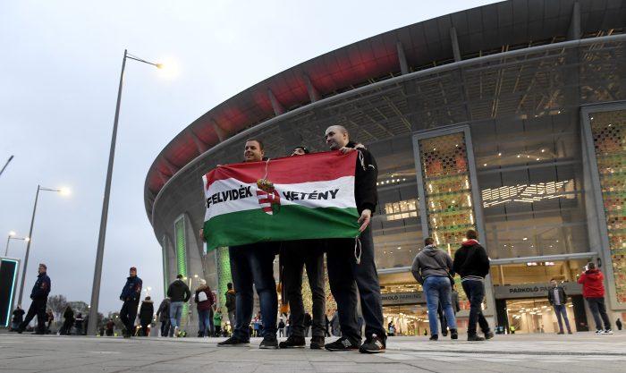 Felvidéki szurkolók a Puskás Arénánál / Fotó: MTI
