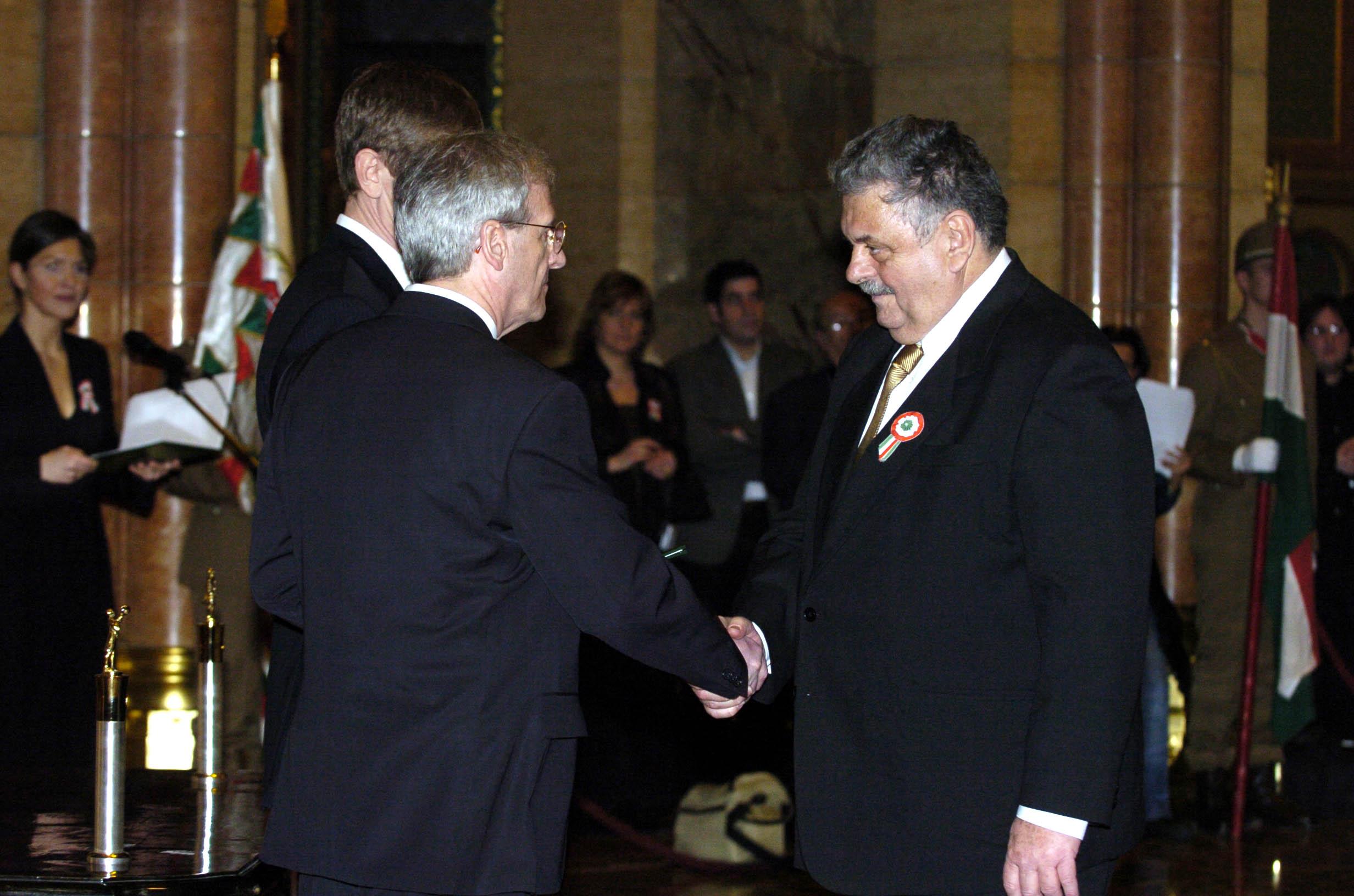 Kercza Imrét ezúttal Sólyom László tüntette ki (2006) / Fotó: MTI