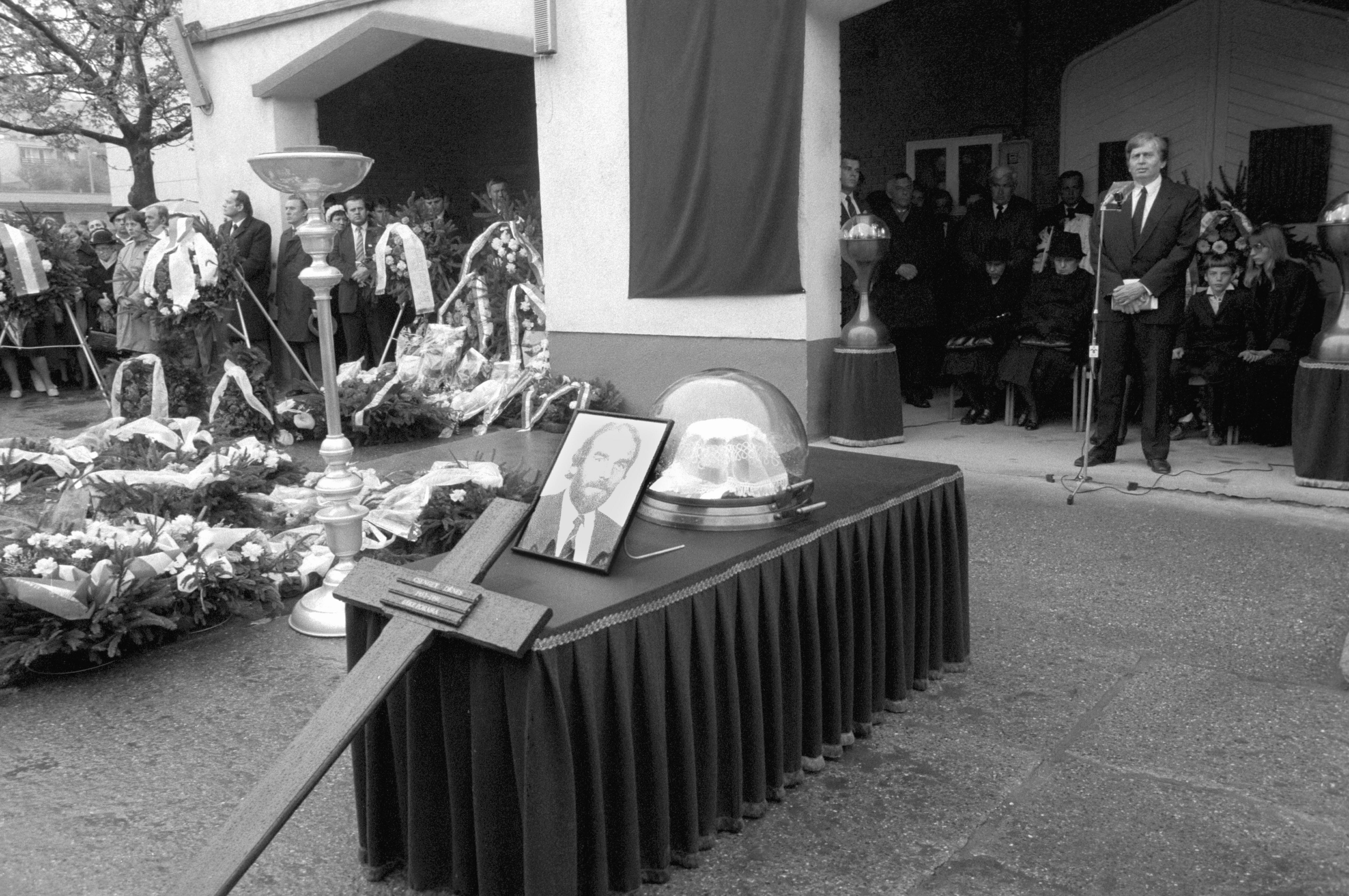 Antall József miniszterelnök búcsúbeszédet mond Csengey Dénes ravatalánál az alsóvárosi temetõben / Fotó: MTI