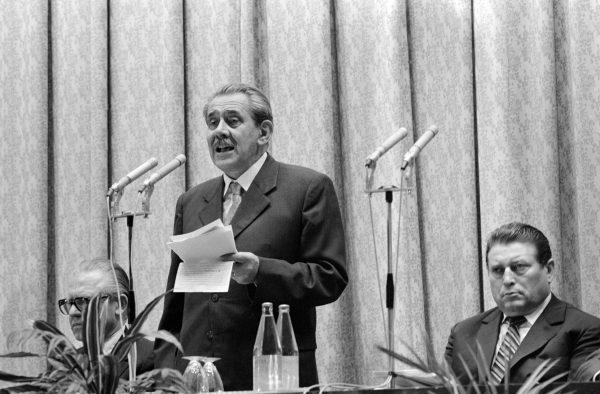 A Magyar Távirati Iroda (MTI) megalapításának 100. évfordulója alkalmából rendezett centenáriumi ünnepségen Aczél György, a Minisztertanács elnökhelyettese (k) beszédet mond. Az elnökségben helyet foglal Lakatos Ernõ, az MTI vezérigazgatója (j) és Nagy János (b) külügyminisztériumi államtitkár.<br /> MTI Fotó: Manek Attila
