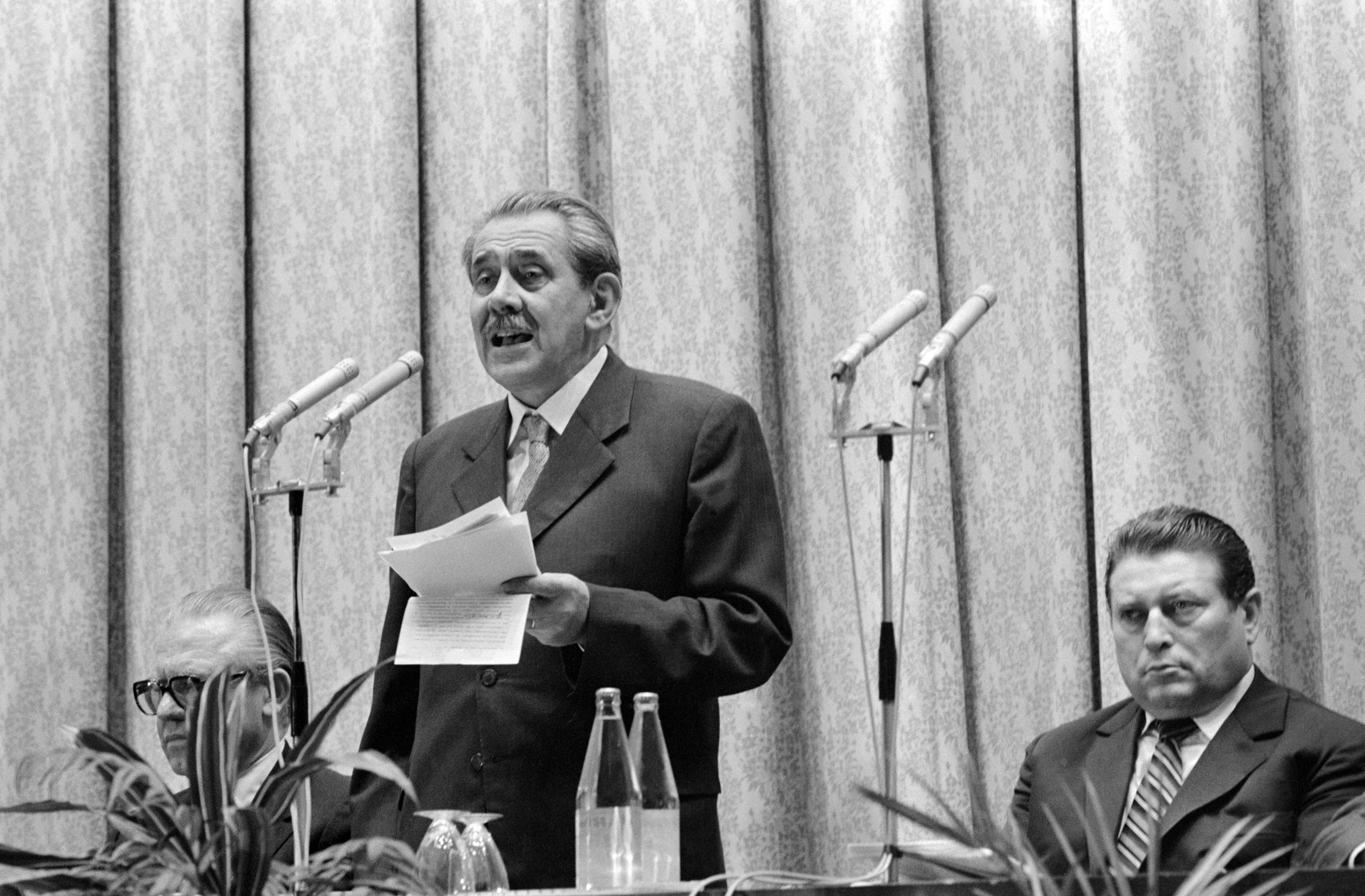 Aczél György szónokol, jobbra tőle Lakatos Ernő / Fotó: MTI