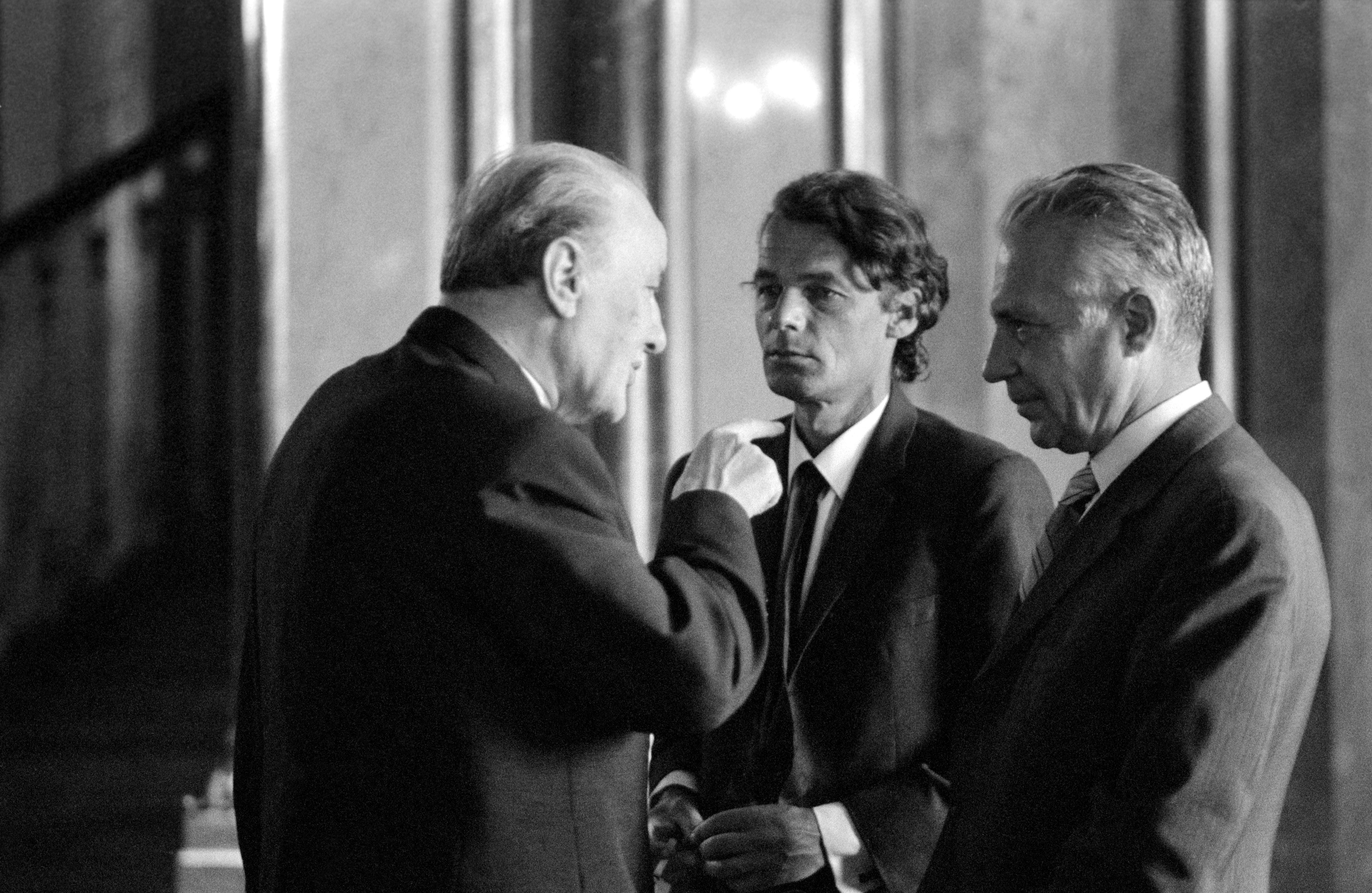 Kádár János tart eligazítást Gyurkó Lászlónak (középen) és dr. Király István egyetemi tanárnak a Parlamentben / Fotó: MTI