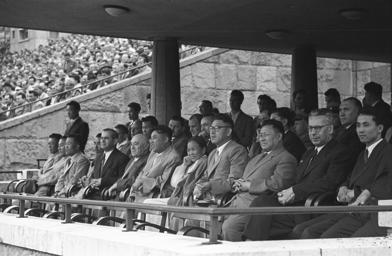 Rákosi meccset néz a koreai küldöttséggel. Éppen a Vasas játszik / Fotó: MTI