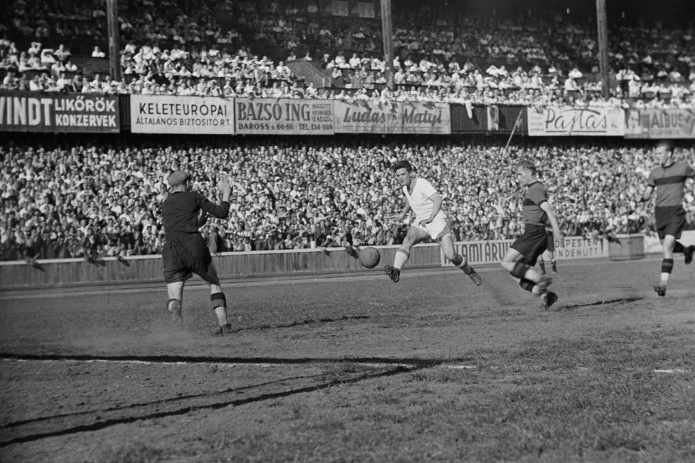 Ferencváros-Kispest (4:1), Deák kapura lő (1949) /Fotó: Fortepan.hu, adományozó: KOVÁCS MÁRTON ERNŐ