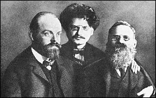 Parvusz, Trockij és Leo Deutsch a börtönben / Forrás: Wikipedia