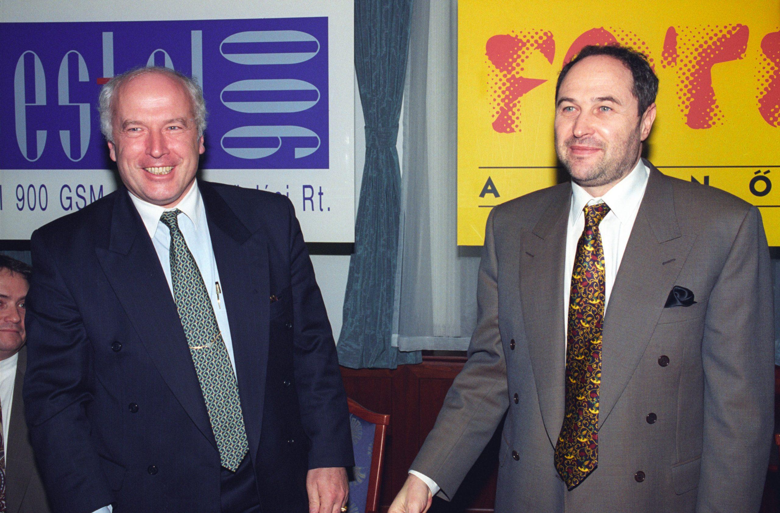 Sugár András, a Westel 900 GSM vezérigazgatója és Várszegi Gábor a Fotex elnök vezérigazgatója, egy sajtótájékoztatón. / Fotó: MTI