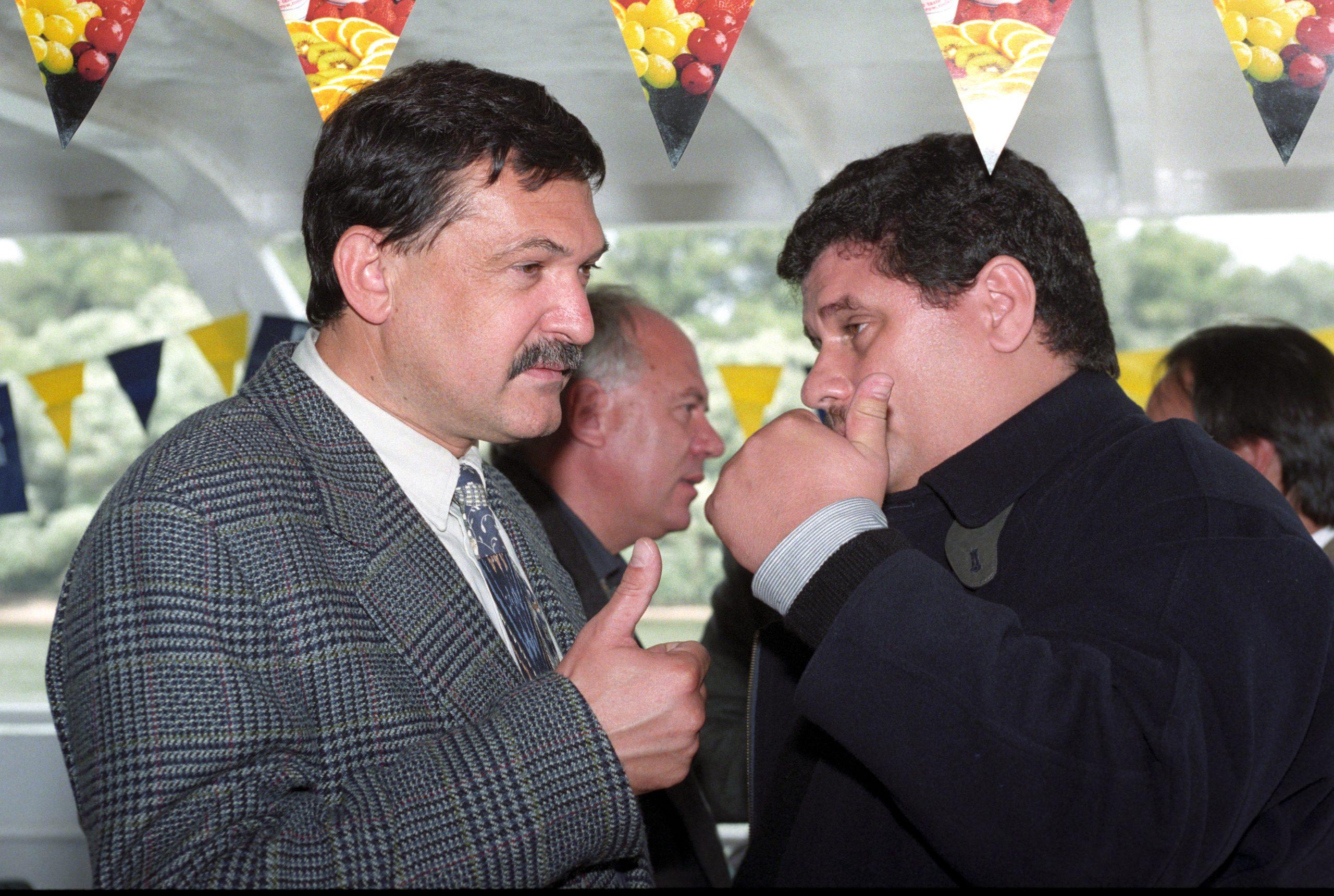 Csányi Sándor és Princz Gábor, a Postabank elnöke a hálózati Enyedi Nagy Mihály szervezte médiahajón. Princz Gyárfás mellett Fenyő legismertebb ellenfele is volt / Fotó: MTI