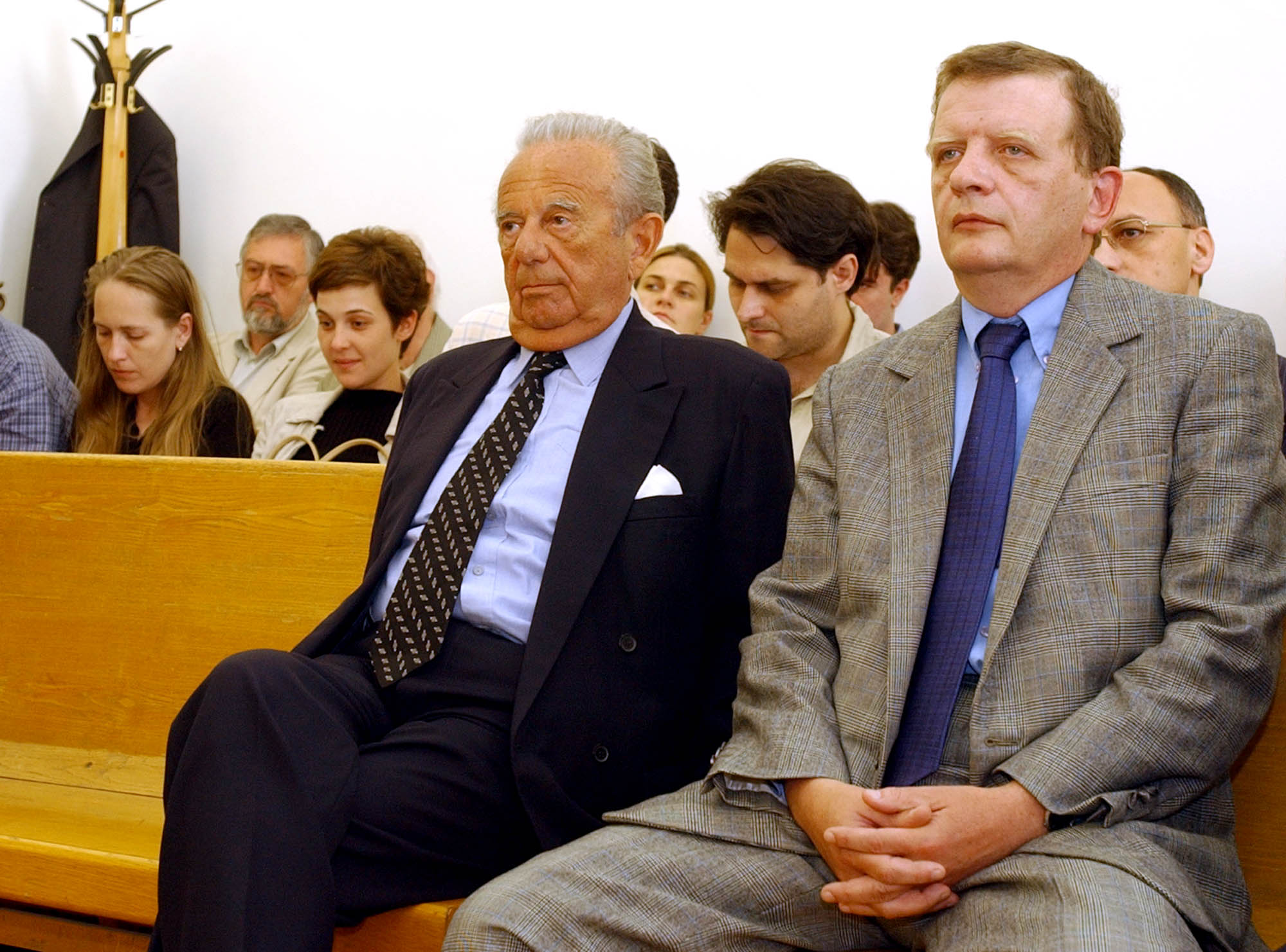 Felmentette a Fõvárosi Bíróság másodfokú ítéletében Kovács Mihályt, az Agrobank egykori elnökét és társait. A képen: Kovács Mihály (b) elsõrendû vádlott és Gerebenics Imre másodrendû vádlott (j) a vádlottak padján / Fotó: MTI