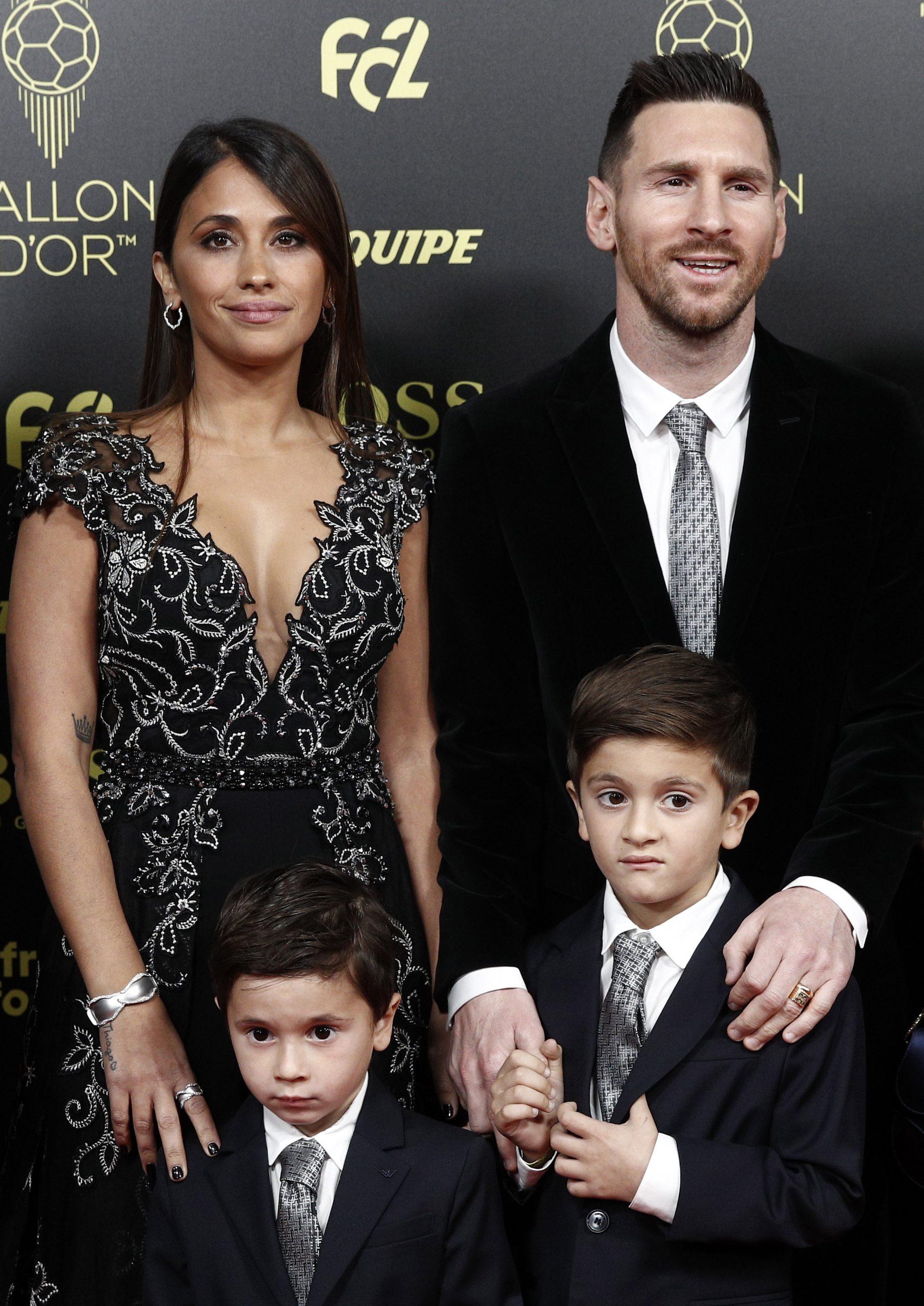 Lionel Messi, a Barcelona csatára a felesége, Antonella Roccuzzo, valamint gyermekeik, Thiago (j) és Mateo társaságában az év legjobb labdarúgójának járó Aranylabda átadási ünnepségére érkezik / Fotó: MTI/EPA
