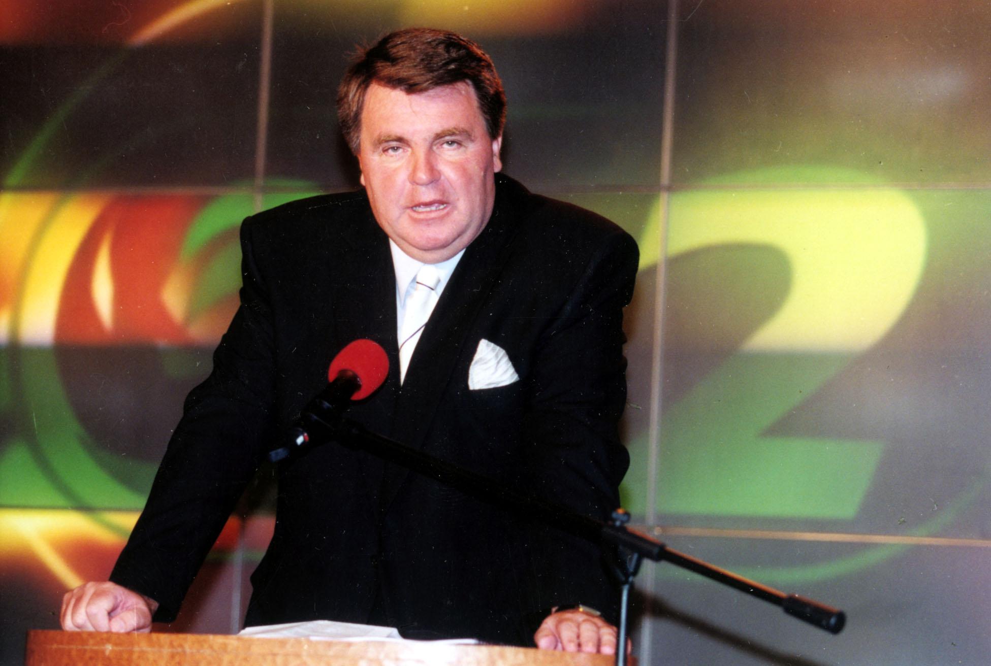 Kommunista mikrofonállványból a TV2 elnöke lett. A kép már utóbbi munkakörében ábrázolja (2000) / Fotó: MTI