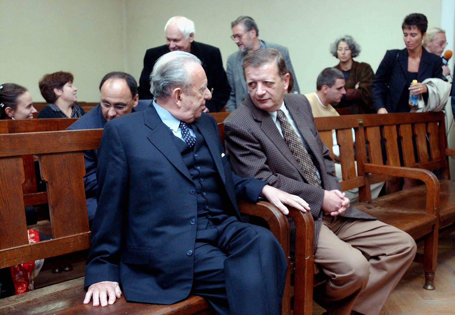 Felmentette a csempészettel, adócsalással és közokirathamisítással vádolt Kovács Mihályt, az Agrobank egykori elnökét és két vádlott társát a Pesti Központi Kerületi Bíróság a kihirdetett elsõfokú ítéletében. A vádlottak az ügyészség szerint 1989 és 94 között több tonna nemesfém passzív bérmunkában történõ elvámoltatásával több tízmilliós kárt okoztak az államnak, a bíróság azonban kimondta, hogy nem történt bûncselekmény / Fotó: MTI