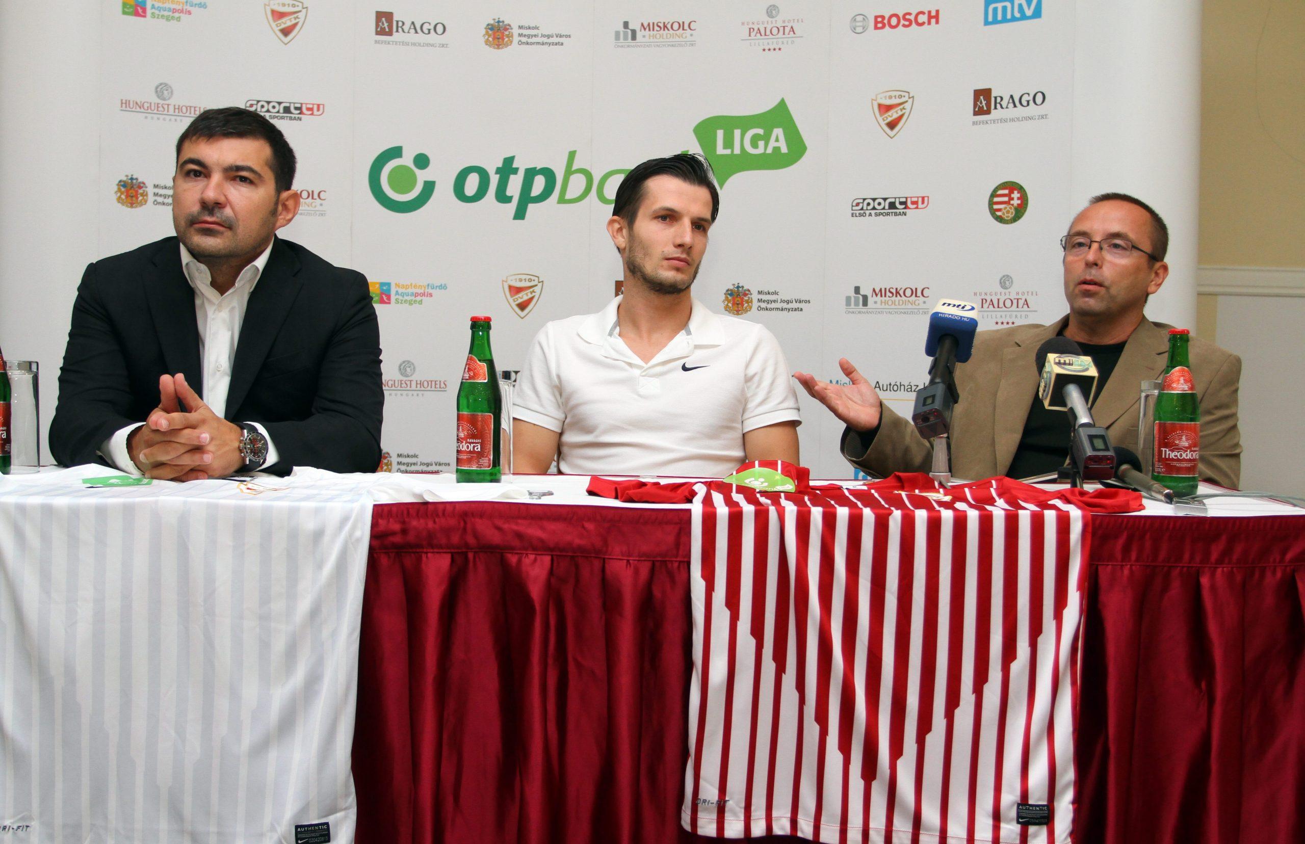 Leisztinger Tamás, a DVTK többségi tulajdonosa (j) beszél, mellette Dudás Hunor ügyvezetõ igazgató (b) és Rudolf Gergely labdarúgó. Utóbbi az egyik legnagyobb futballt csaló játékossá vált, a Diósgyőrt is csak kihasználta / Fotó: MTI