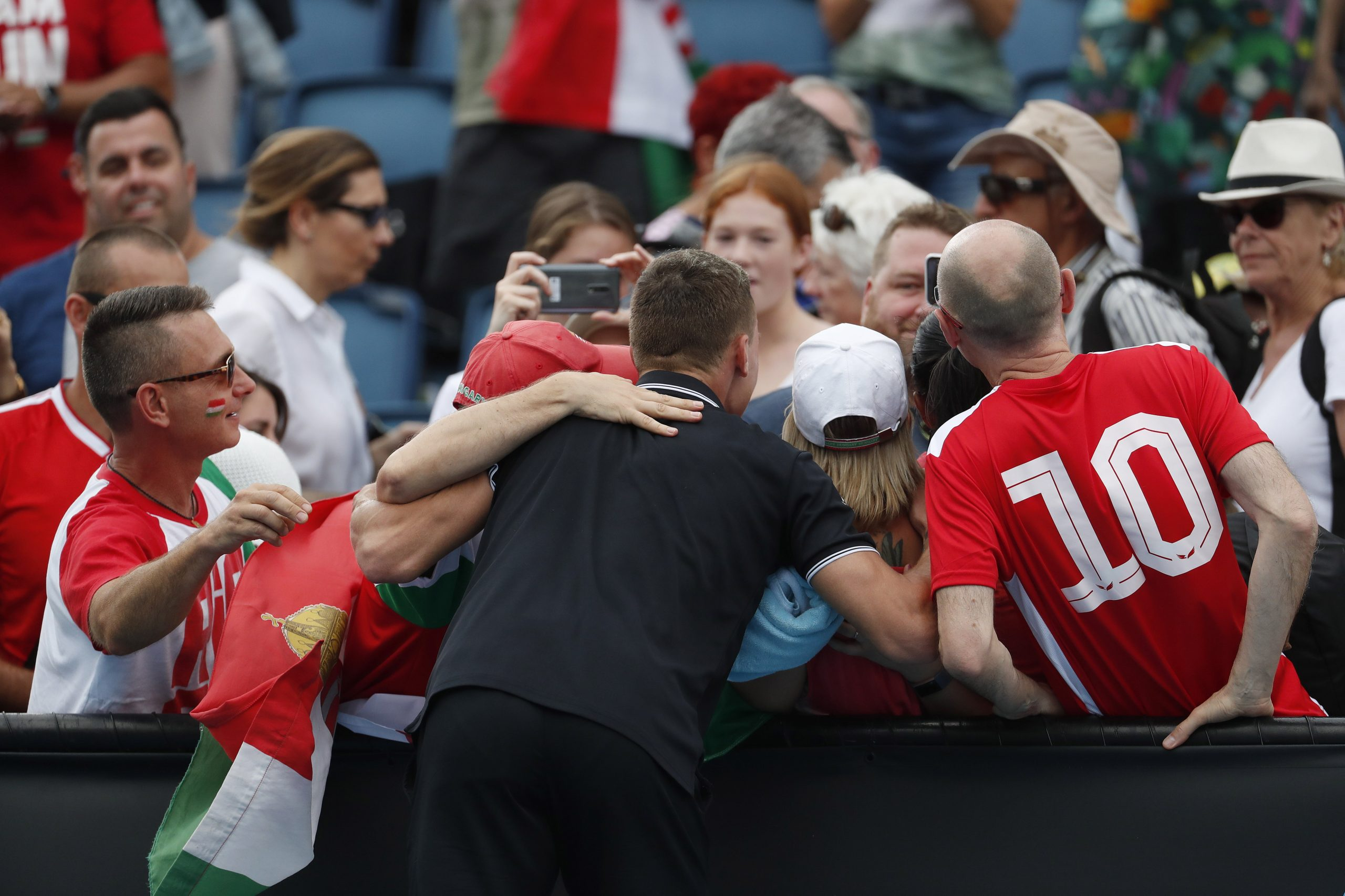 Fucsovics Márton ünnepel a szurkolókkal, miután 6:4, 6:4, 6:3 arányban legyõzte az olasz Jannik Sinnert / Fotó: MTI/EPA