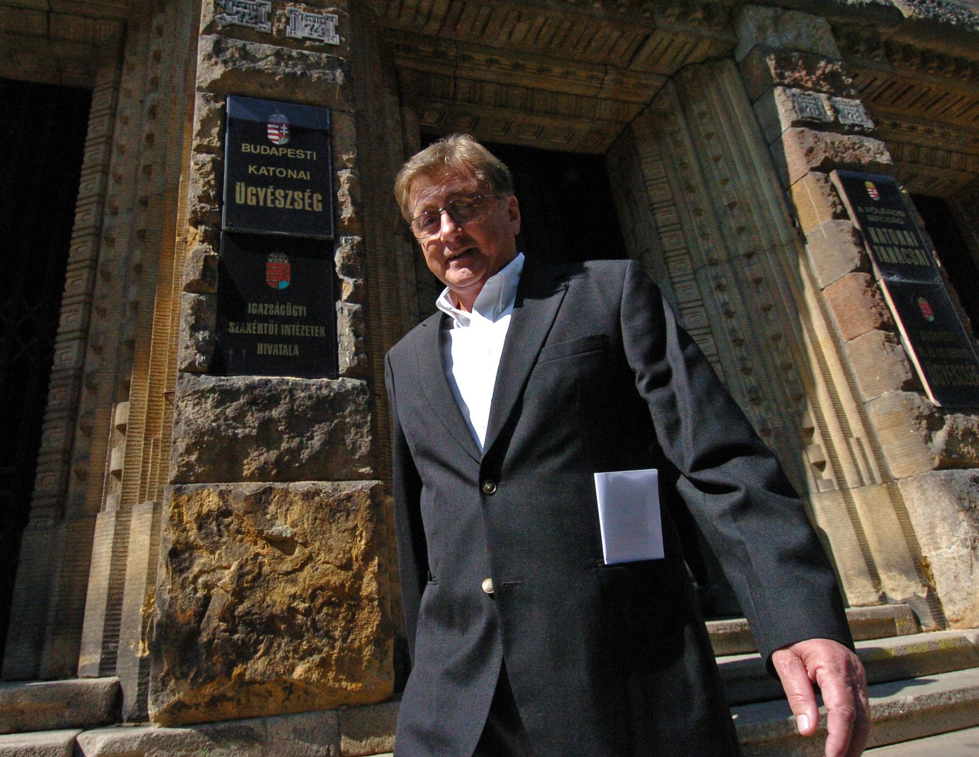 Schönthal Henrik elhagyja a bíróságot, miután kézhez kapta az ítéletet, ami szerint a bróker-ügyben pénzmosással, sikkasztással és magánokirat-hamisítással gyanúsított Schönthal Henriket a Budai Központi Kerületi Bíróság 30 napra házi õrizetbe helyezte / Fotó: MTI