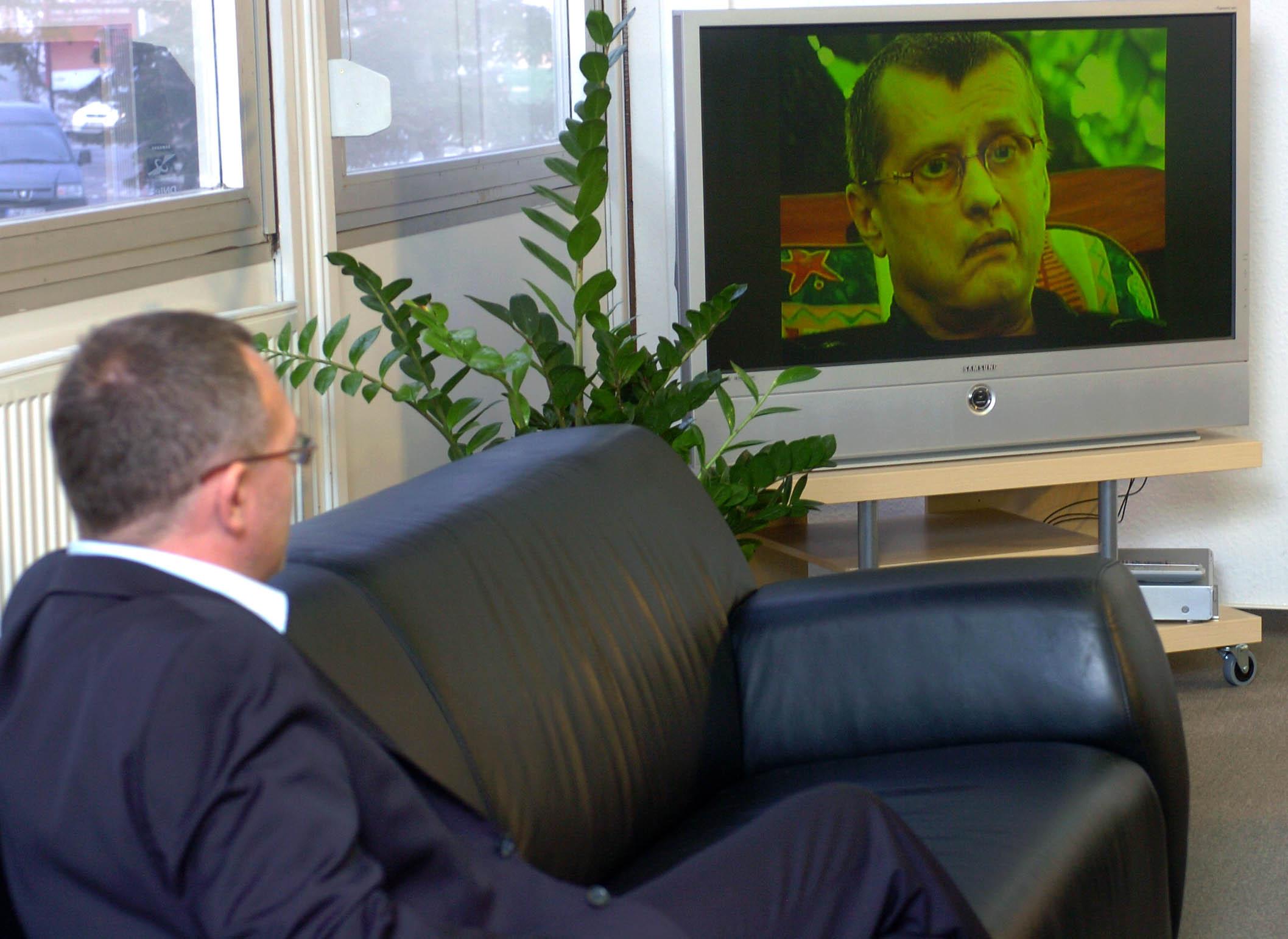 Gulyás István, az Echo TV vezérigazgatója néz egy filmrészletet a csatorna által szervezett tájékoztatón / Fotó: MTI